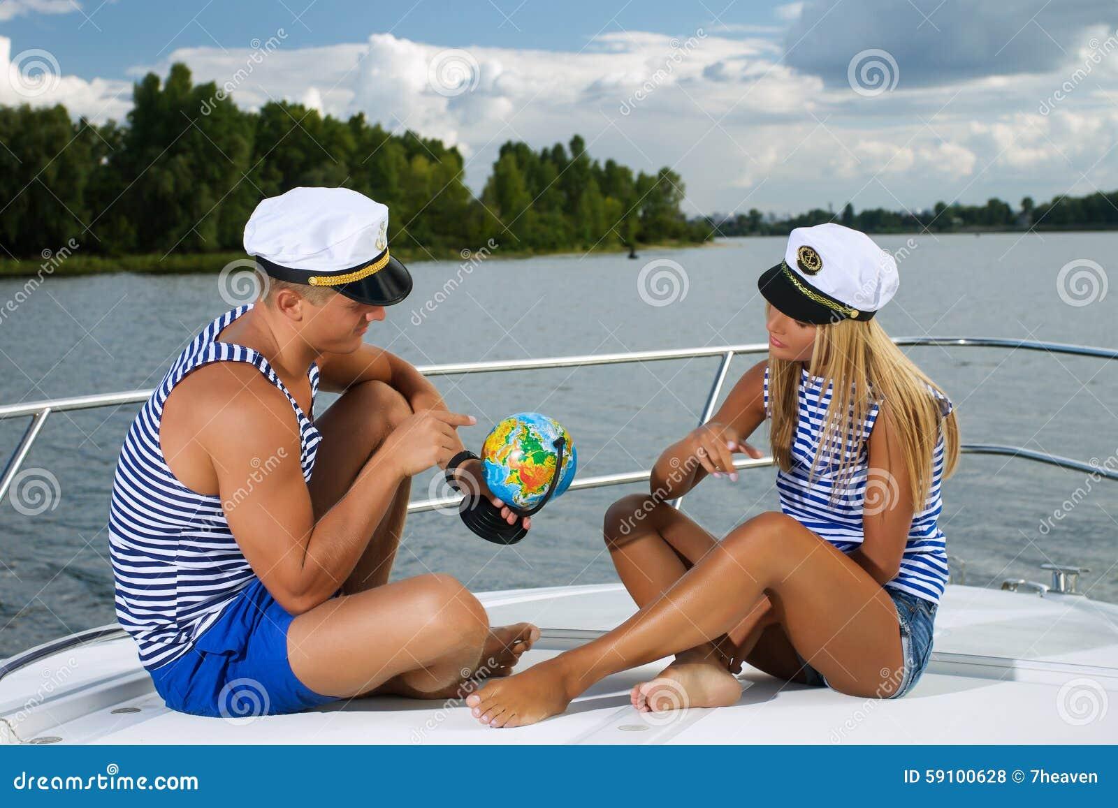 典雅的美好的夫妇坐一条小船与