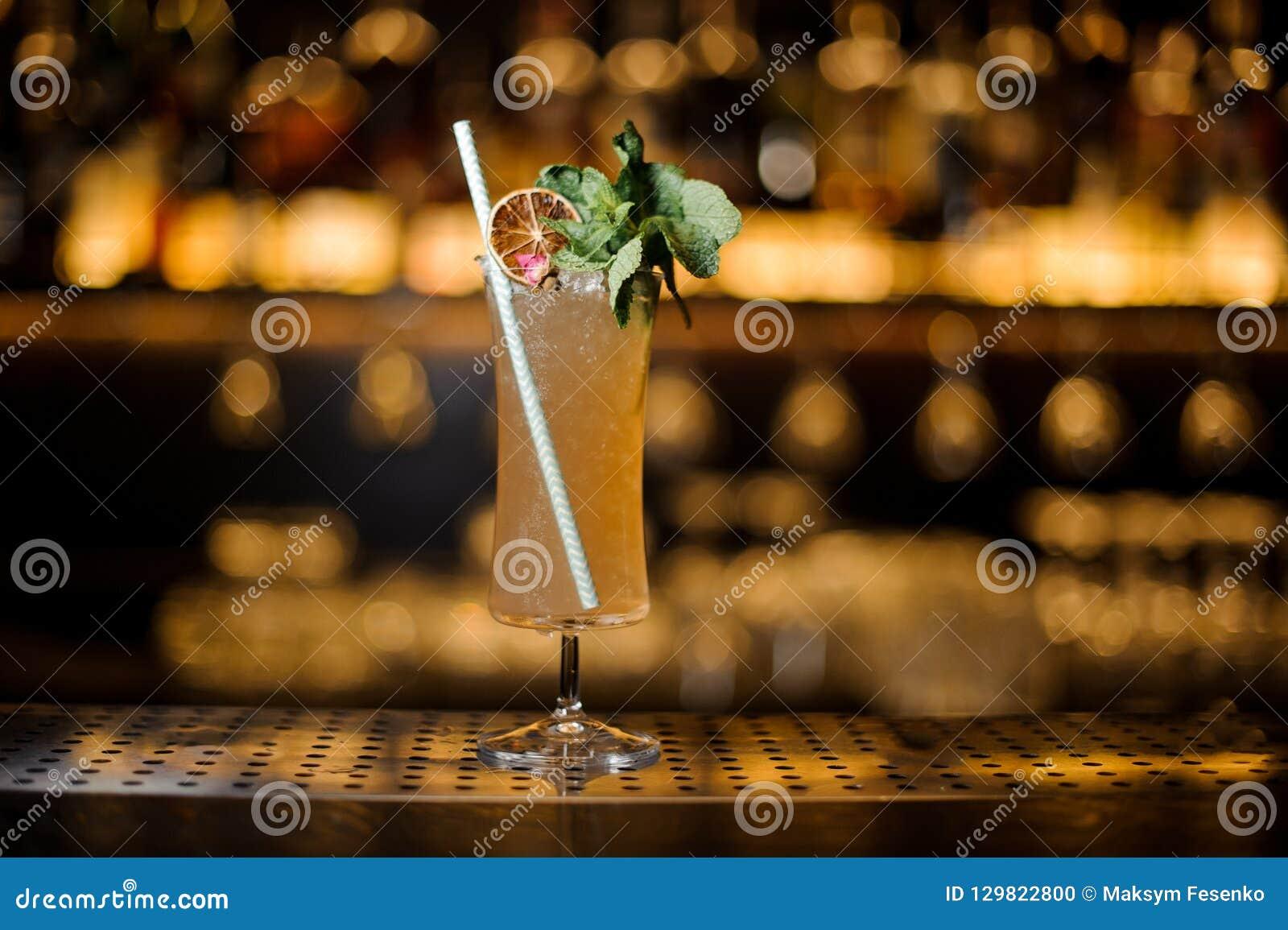 典雅的鸡尾酒杯充满鲜美雪利酒补鞋匠饮料de