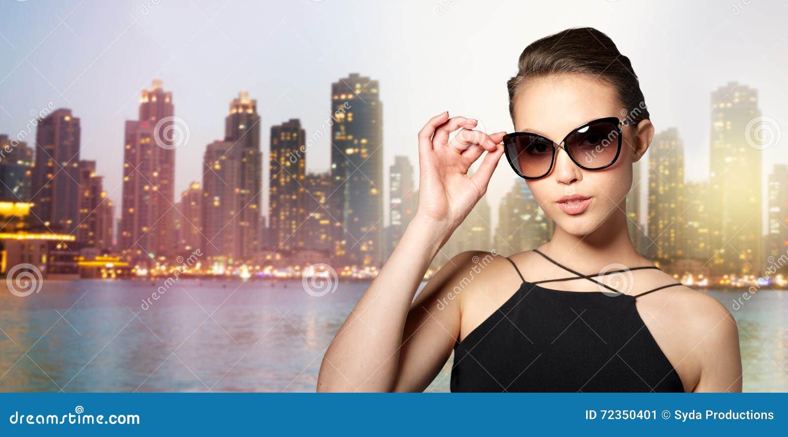 典雅的黑太阳镜的美丽的少妇