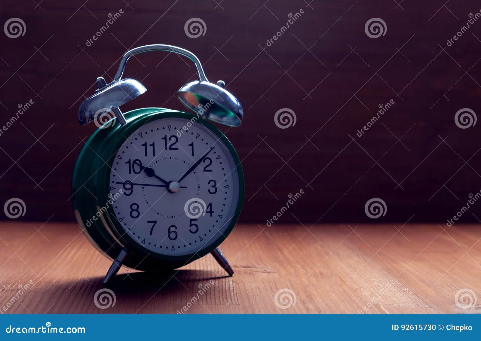 经典绿色闹钟夜滑动时间