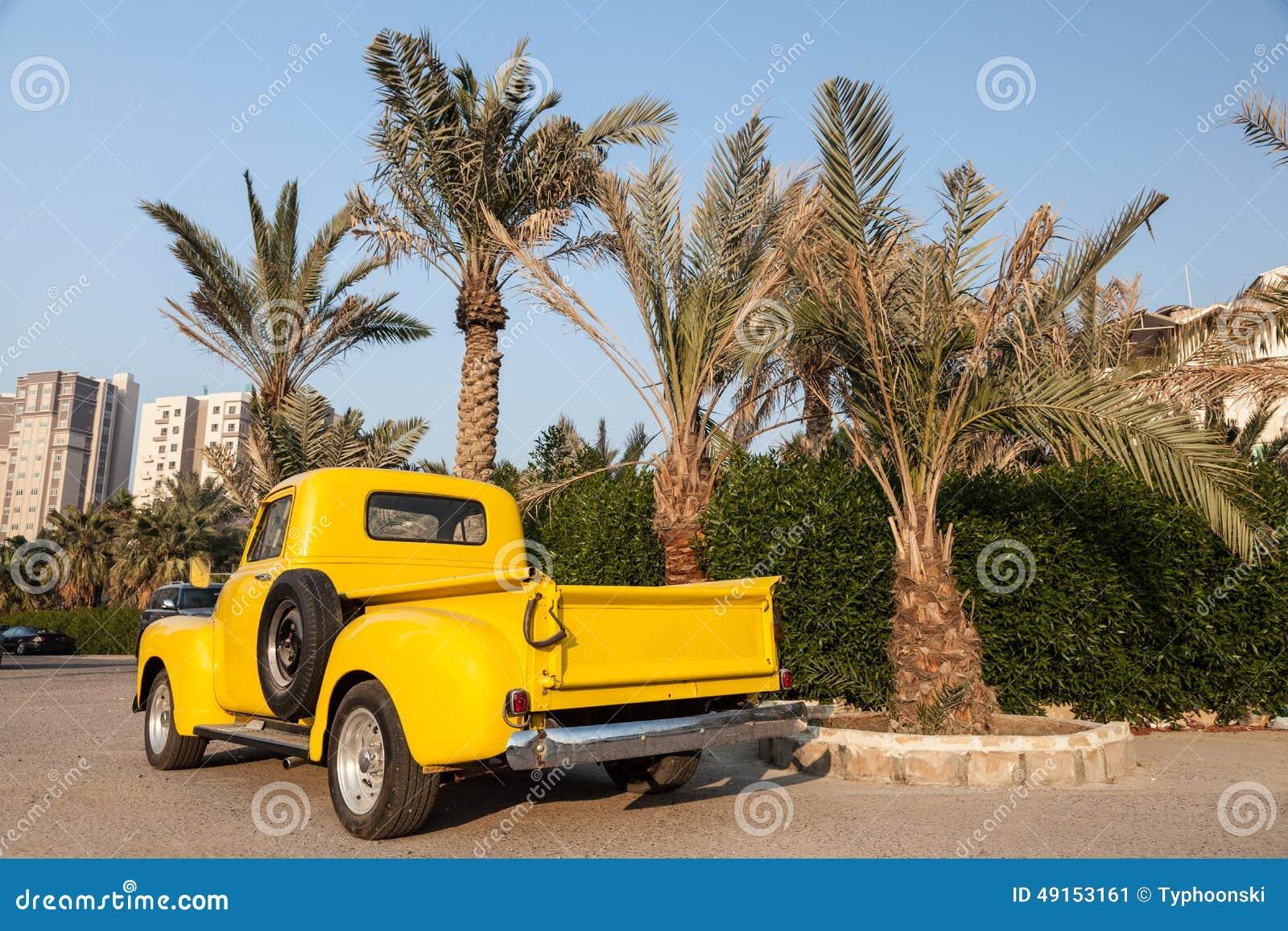 经典的黄色小�9`��l$yi���oy�z`���-��_经典黄色雪佛兰卡车在棕榈树下.