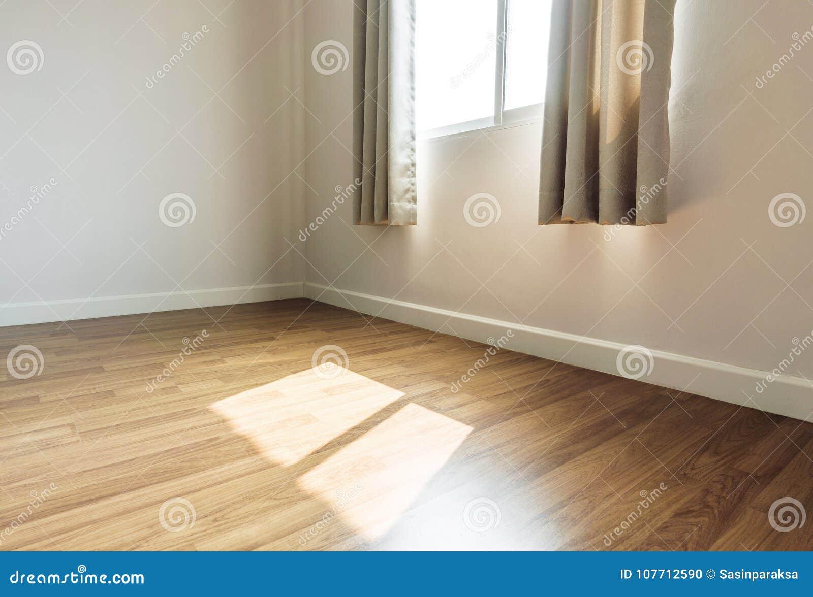 内部空间,空的室,与接受阳光的被打开的窗口的层压制品的木地板早晨