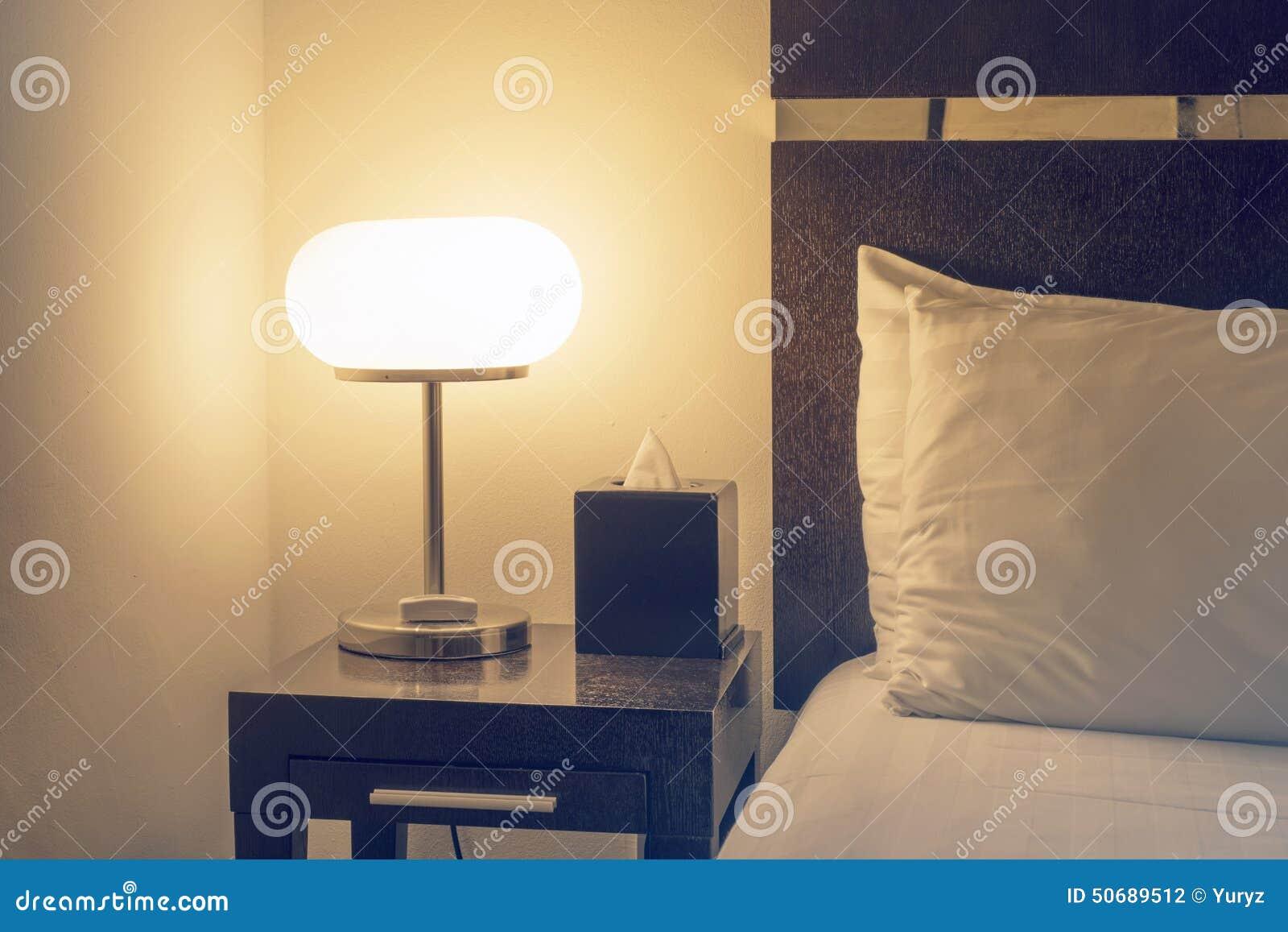 Download 内部闪亮指示 库存照片. 图片 包括有 角落, 其它, 内部, 黑暗, 空间, 闪亮指示, 枕头, 旅馆 - 50689512