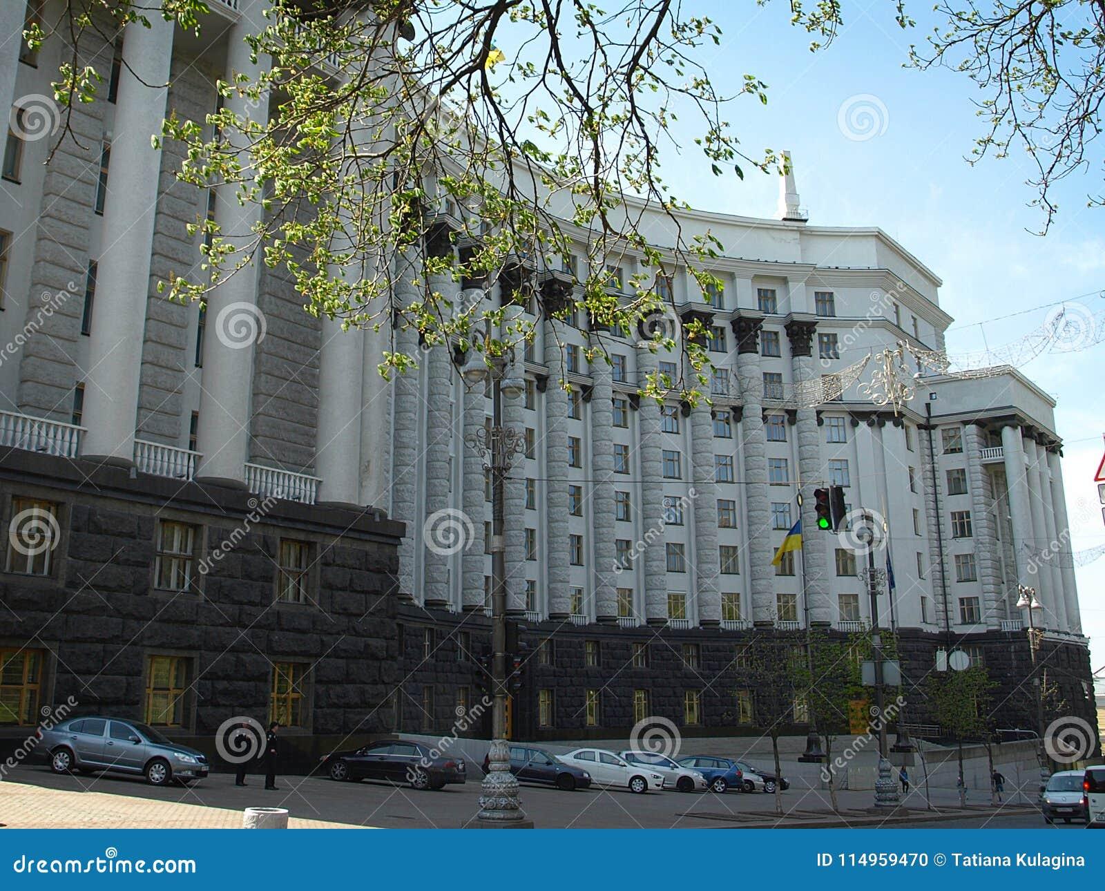 内阁会议在晚上-乌克兰
