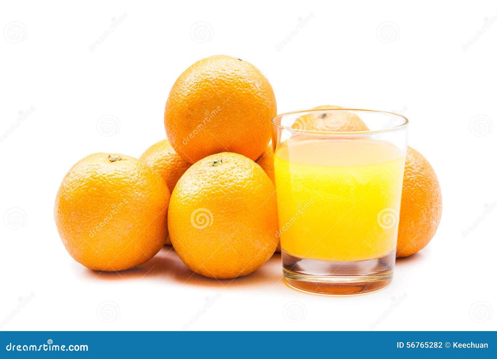 从冒泡片剂的泡沫腾涌的橙汁用在背景的桔子