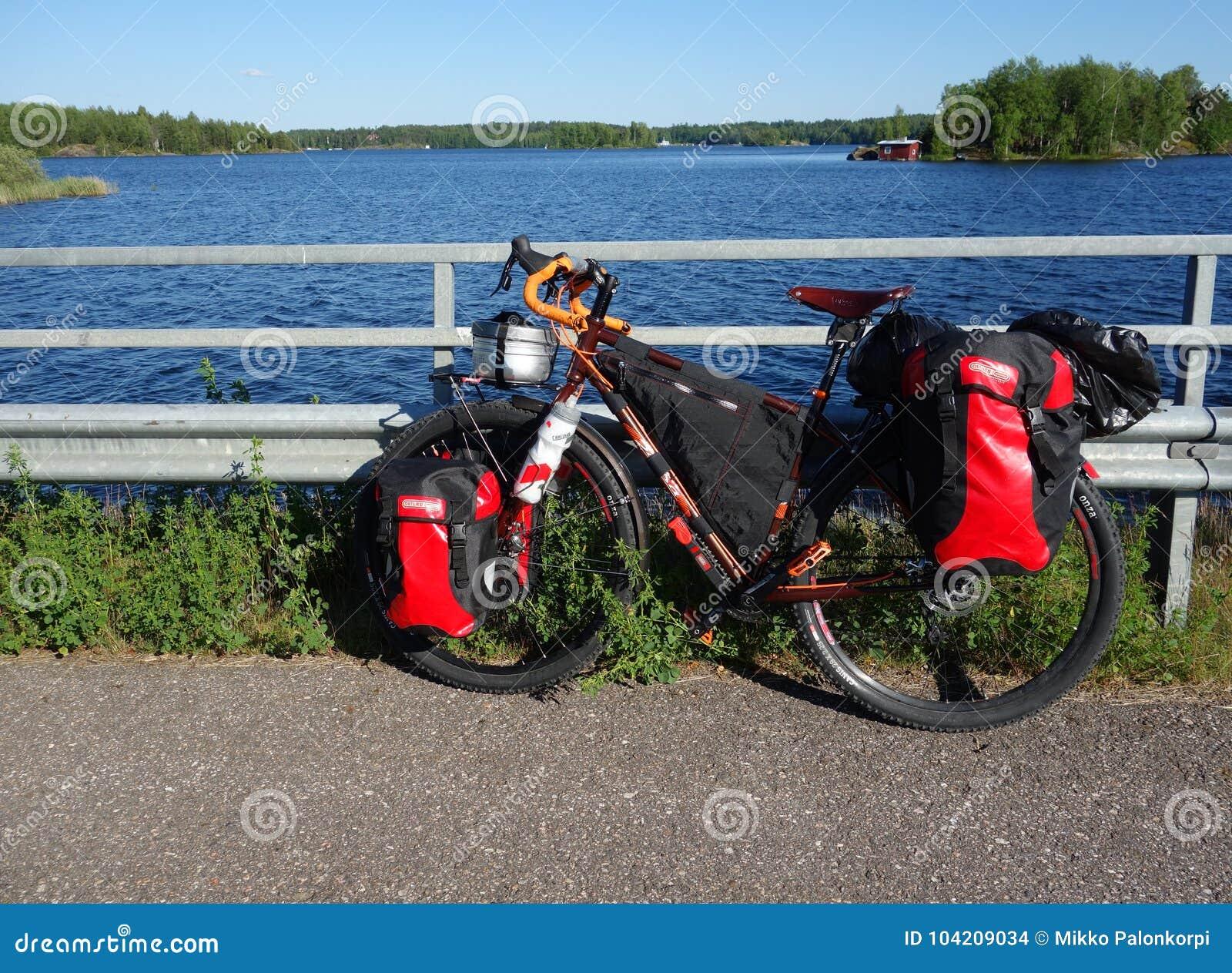 冒险游览自行车由湖Saimaa在夏天晚上
