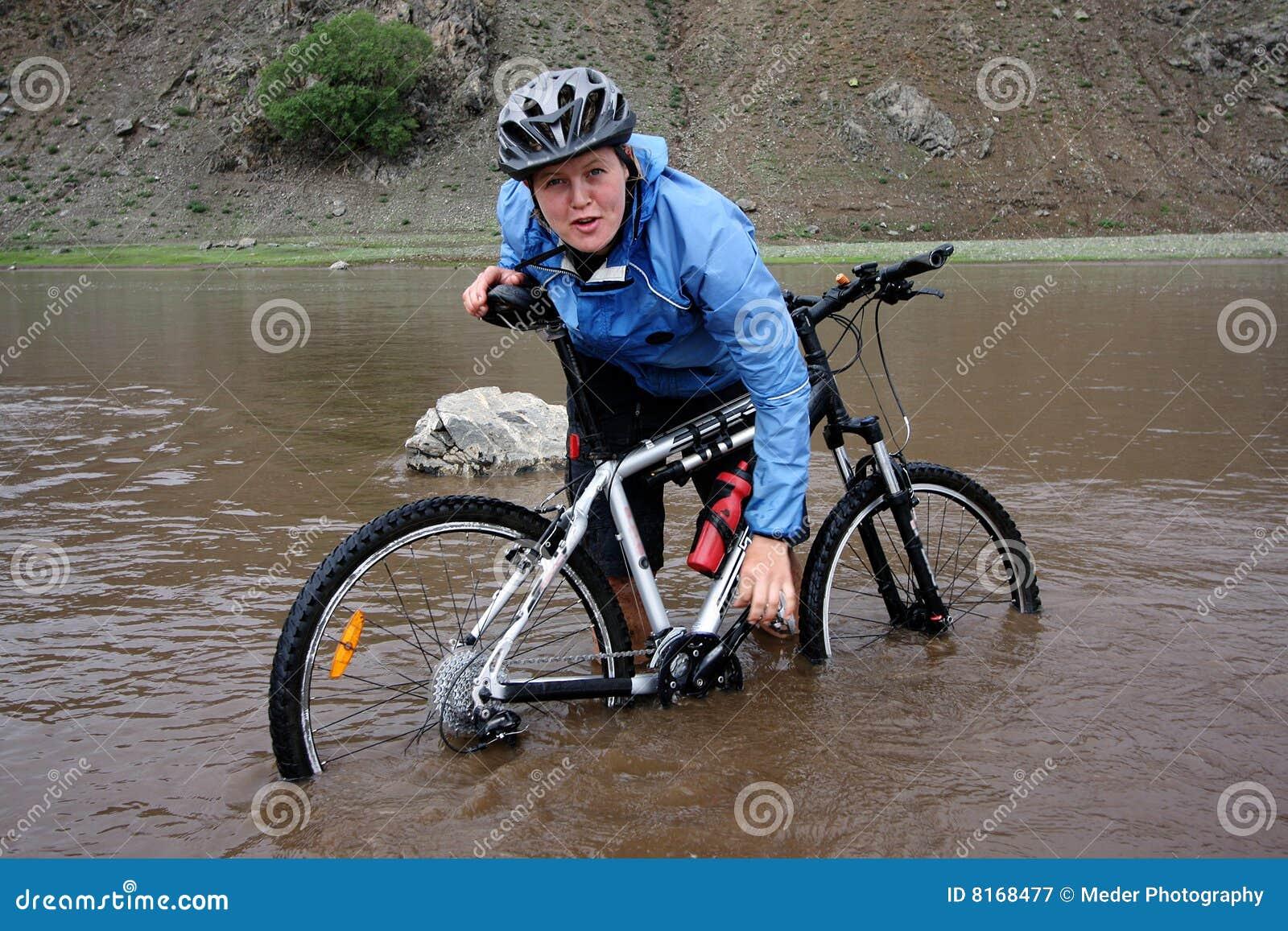 冒险骑自行车的山