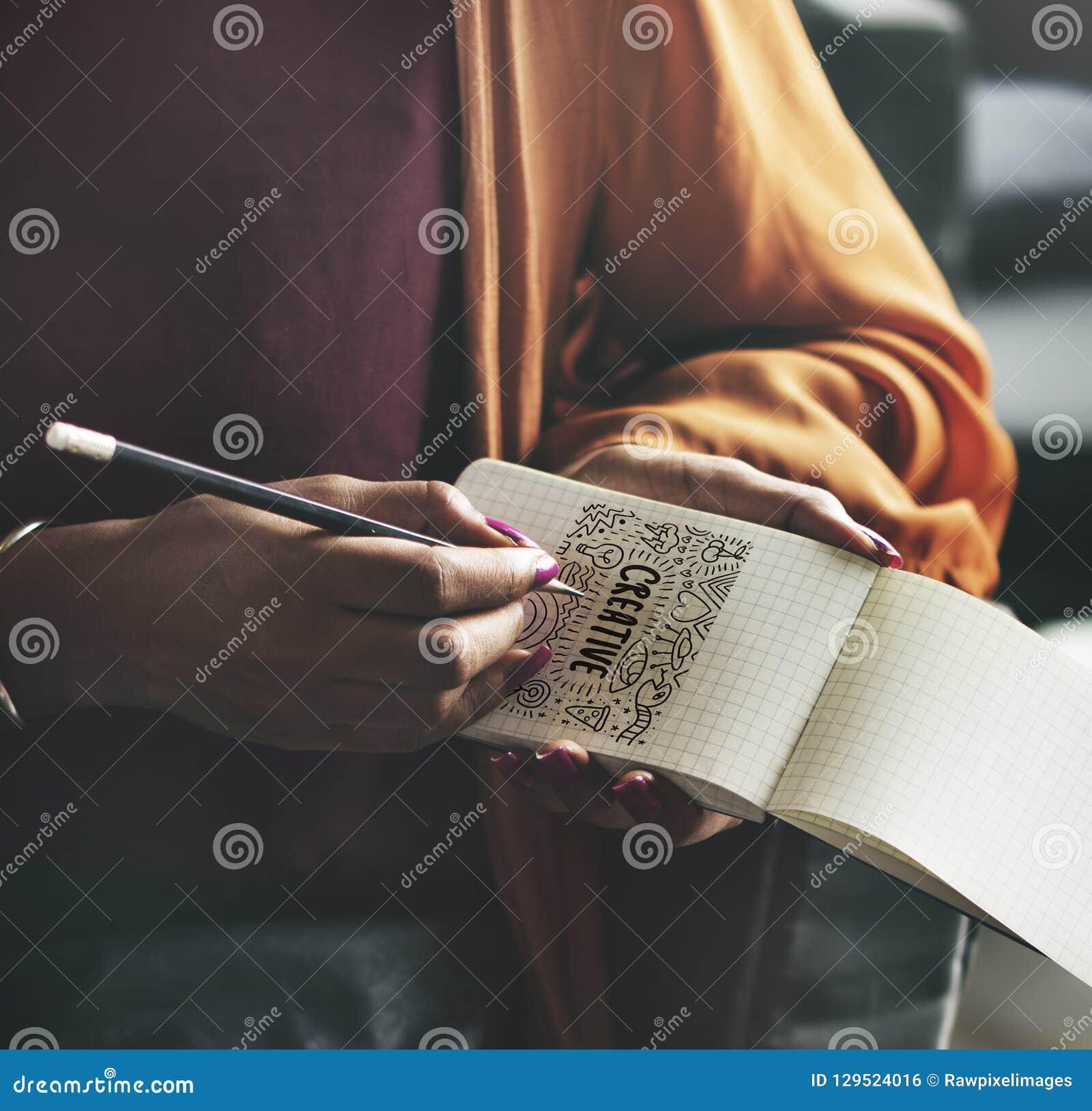写下在一个空的笔记薄的妇女