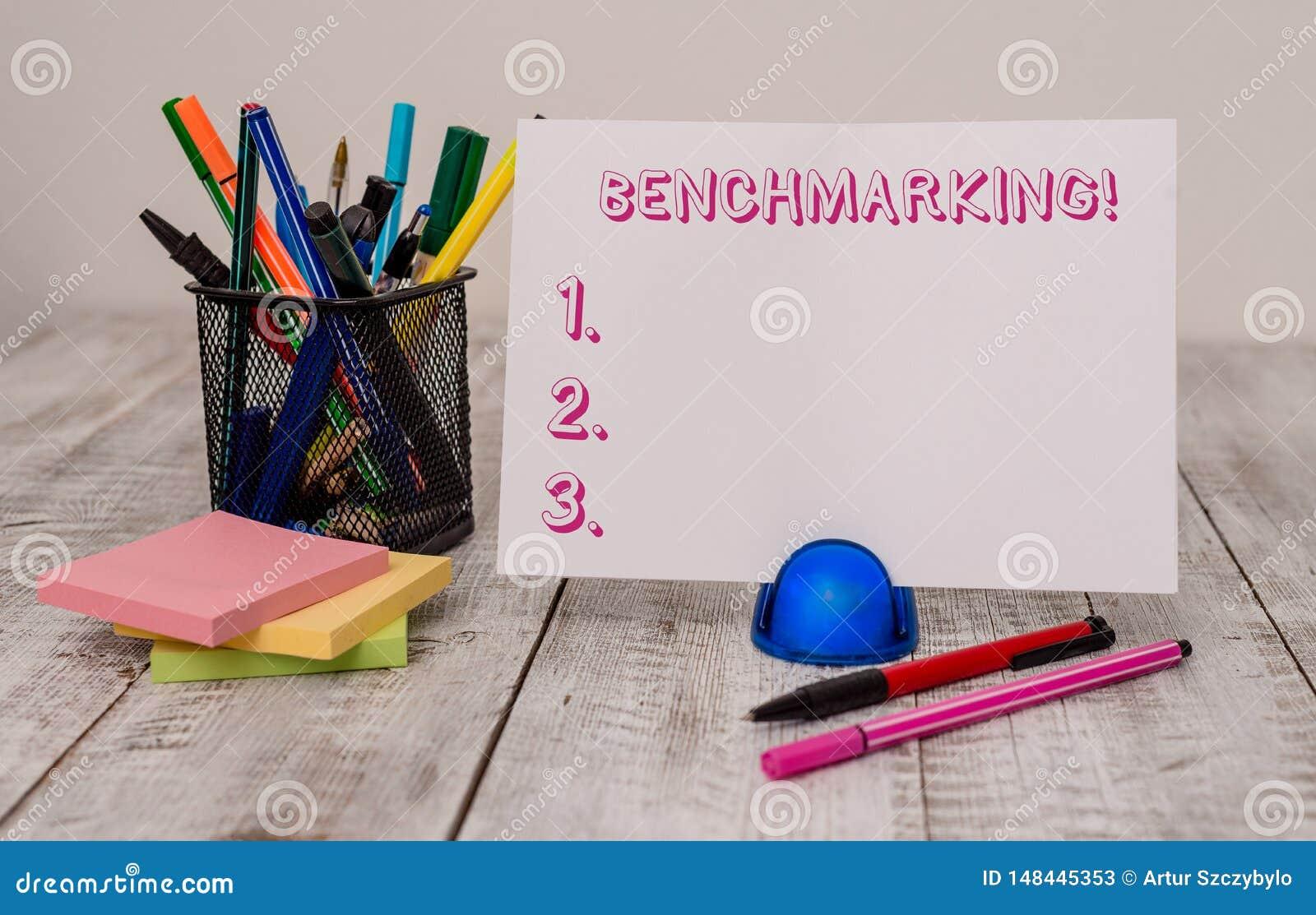 写笔记陈列基准点 企业照片陈列与标准或比分相比评估某事
