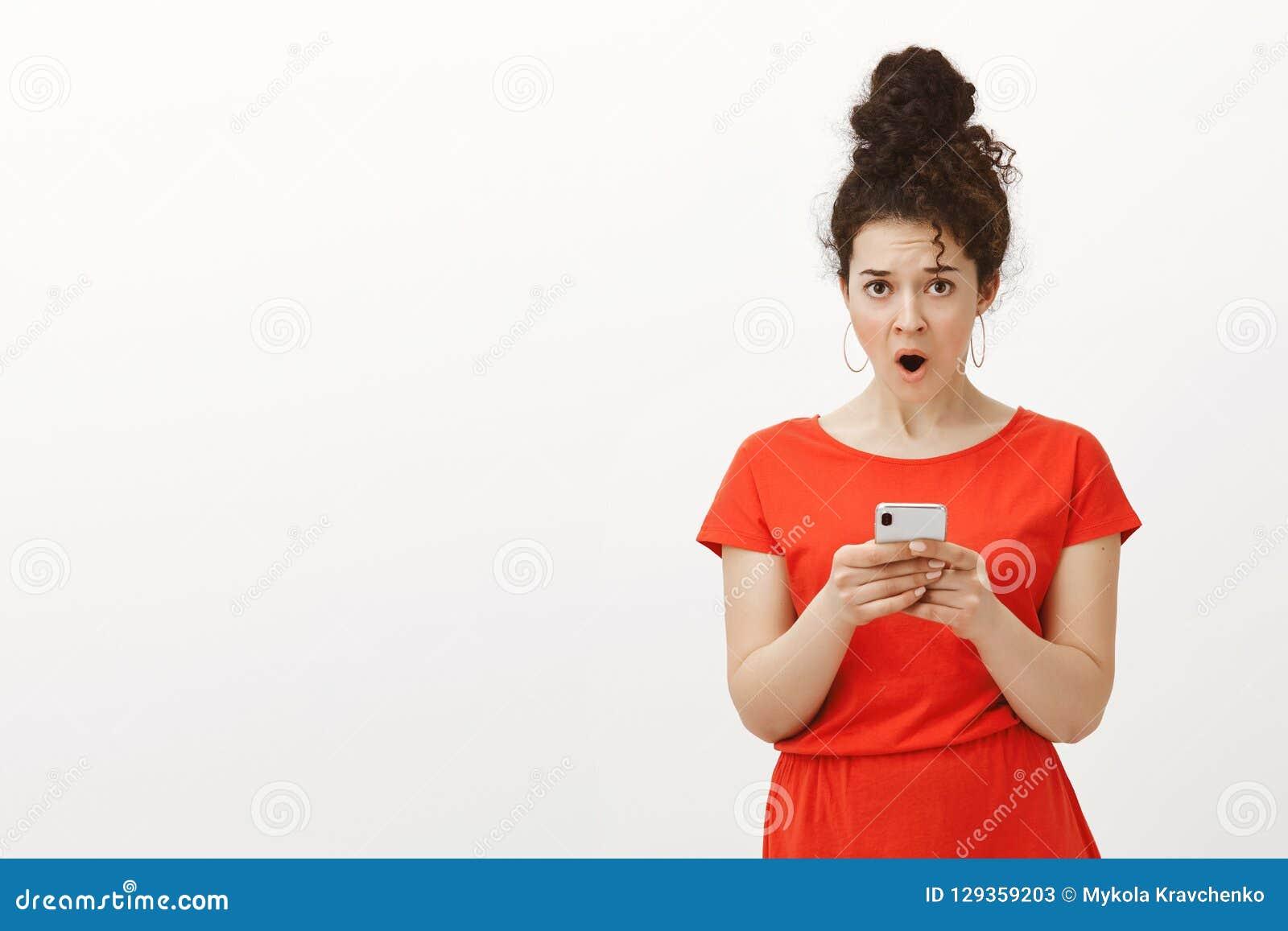 写这则消息的Wtf 震惊生气的迷人的女性女孩画象红色礼服的,滴下的下颌从