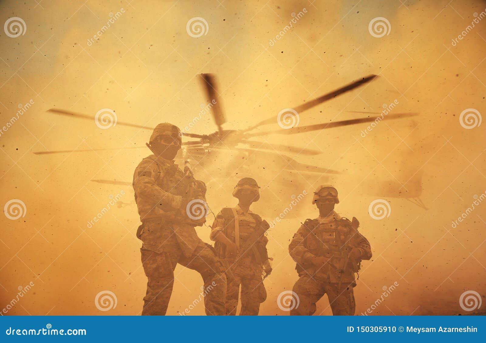 军事和直升机队伍在日落的战场