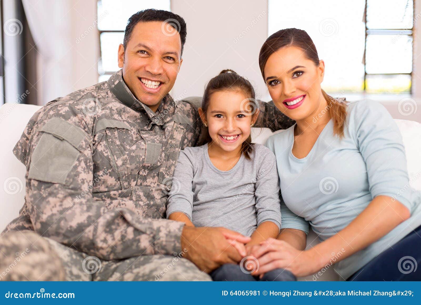 年轻军事家庭开会