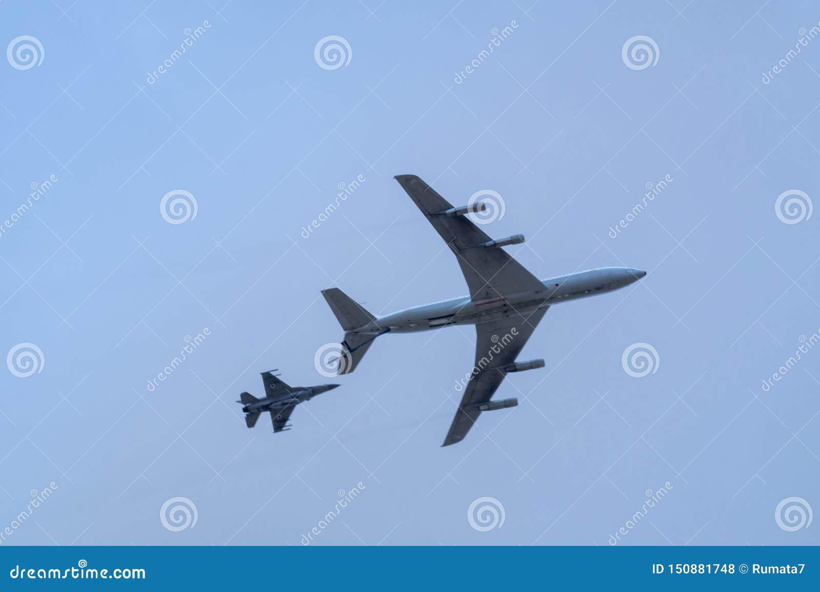 军用加油机refueler和喷气式歼击机在天空蔚蓝飞行