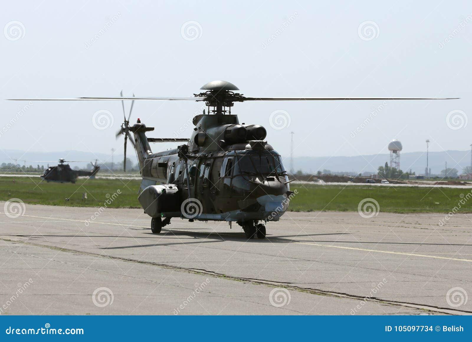 军用直升机在机场