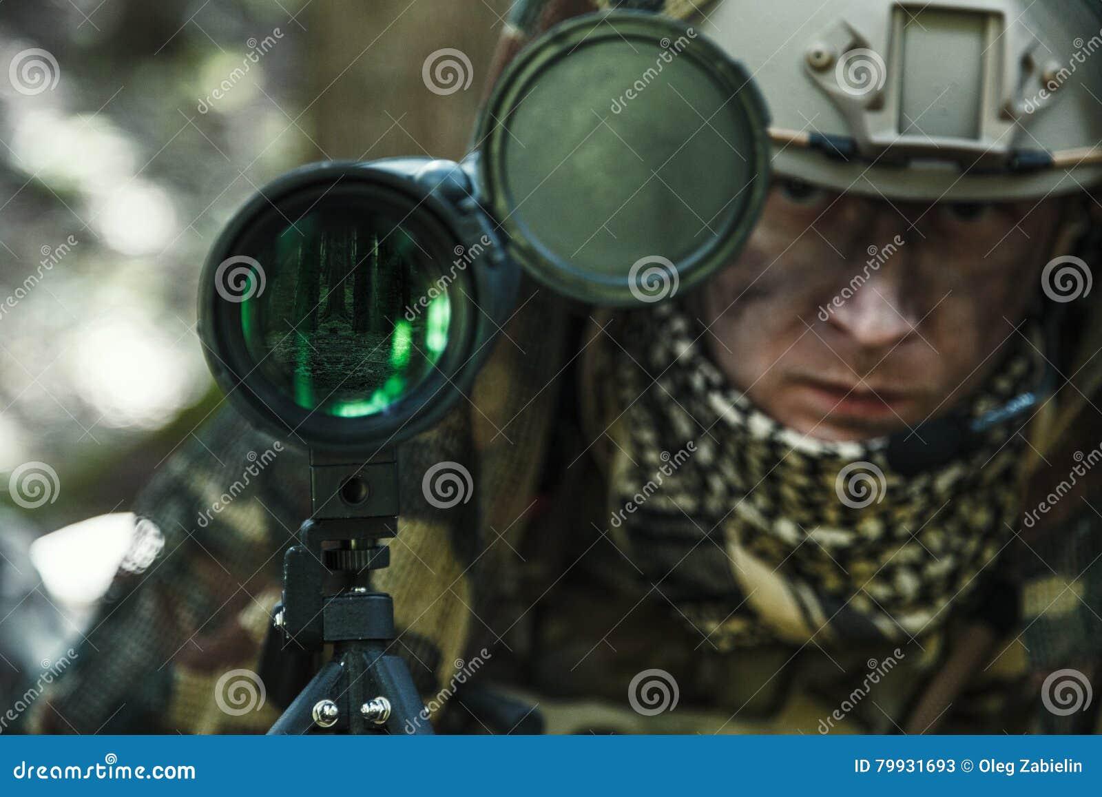 军队别动队员监视人