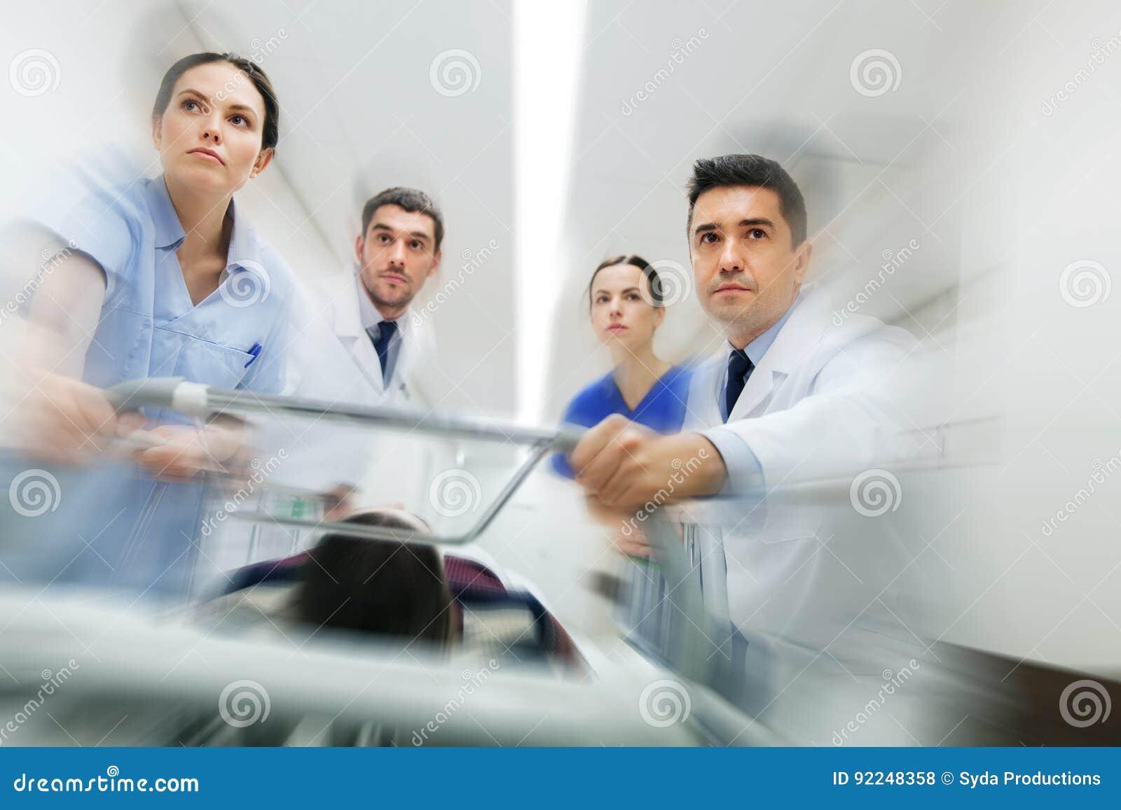 军医和患者医院盖尼式床的在紧急状态