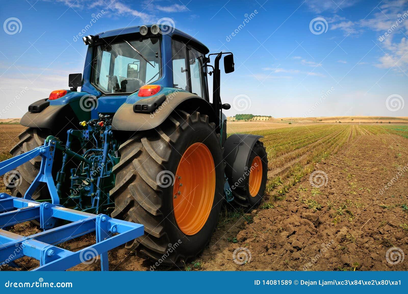 农业设备现代拖拉机