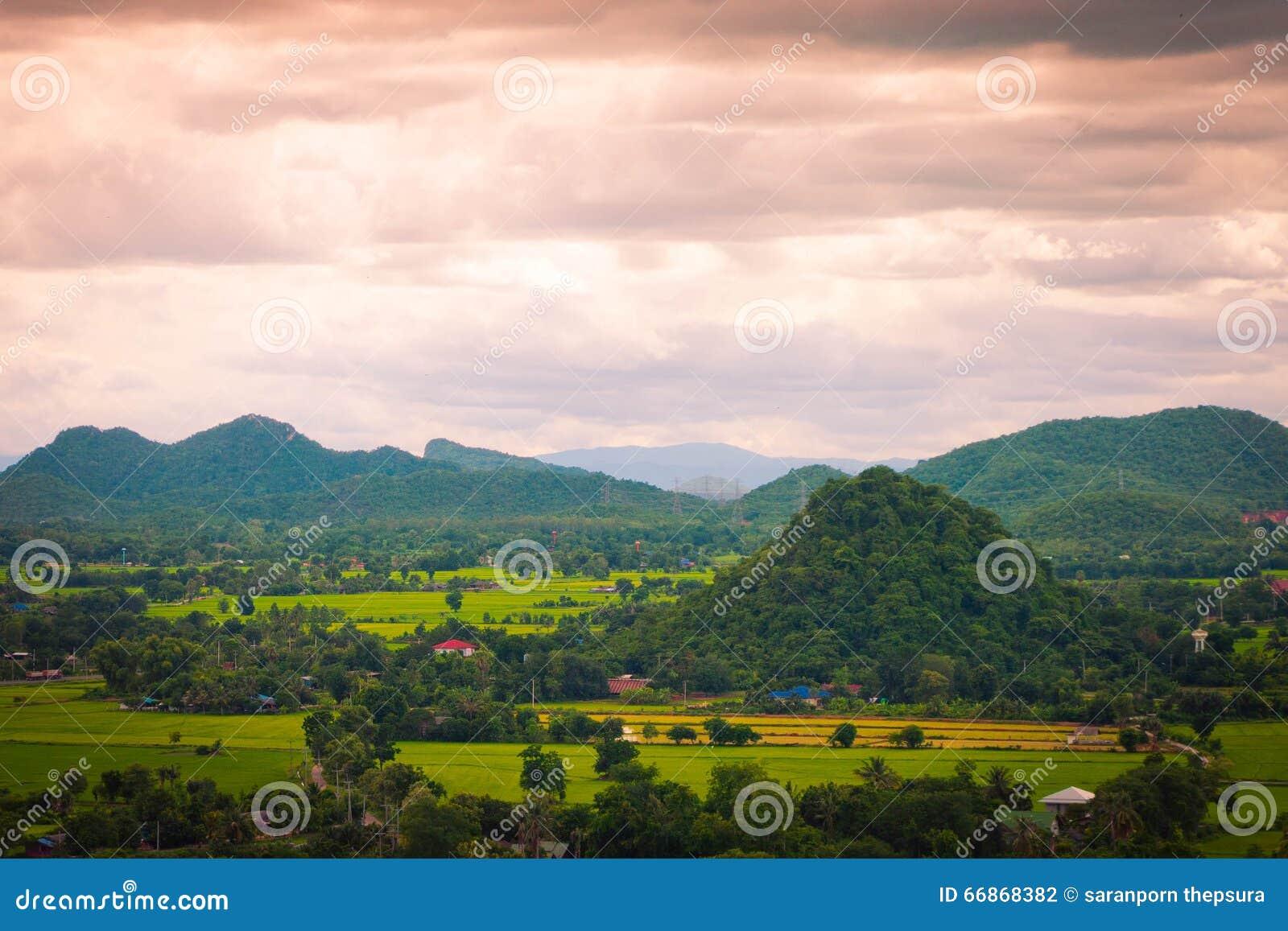 泰国山�^_农村城市和山泰国风景在蓝天下.