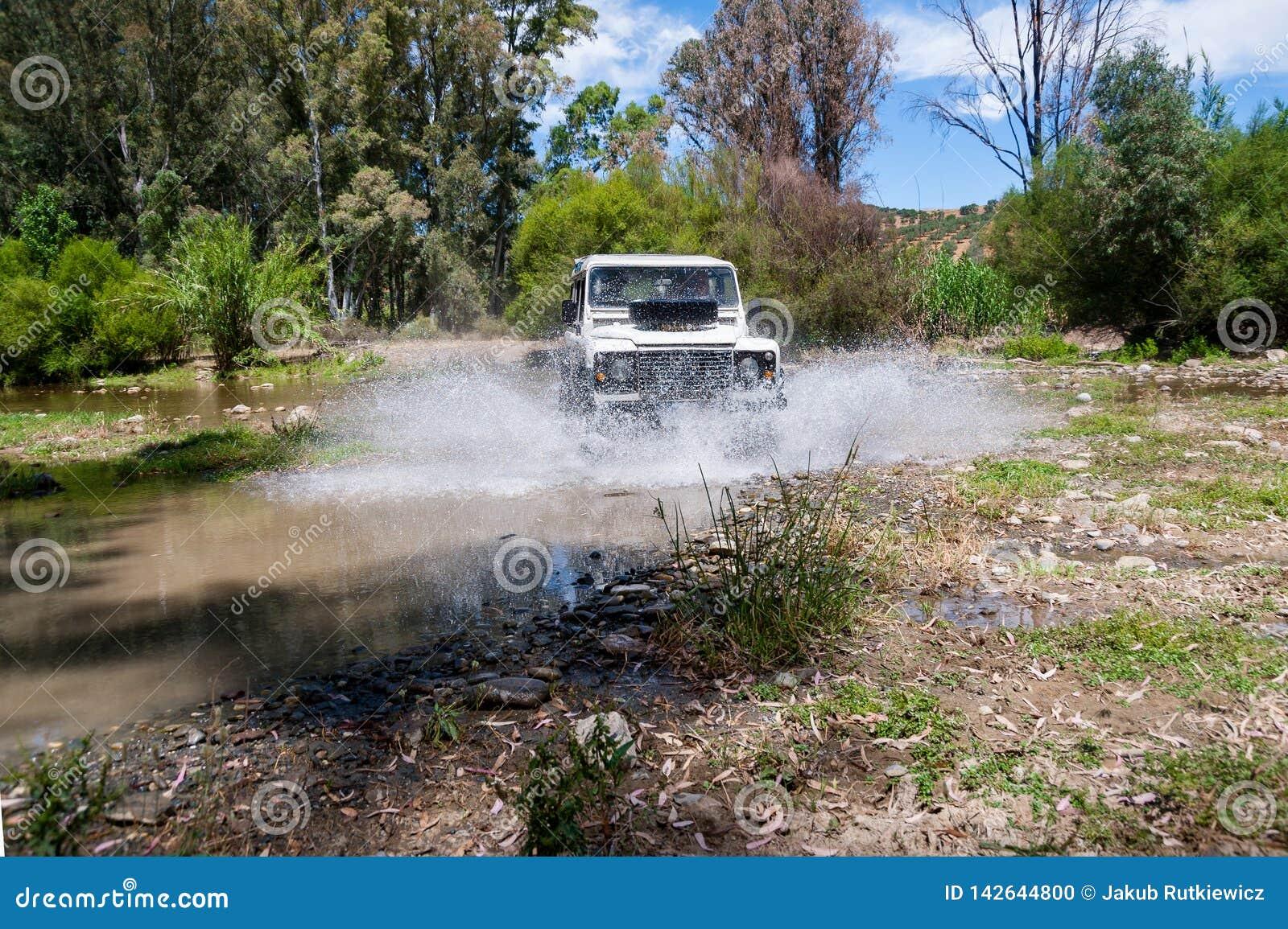 农村安达卢西亚 西班牙 06/10/2016 4x4导致水的横穿河飞溅 正面图