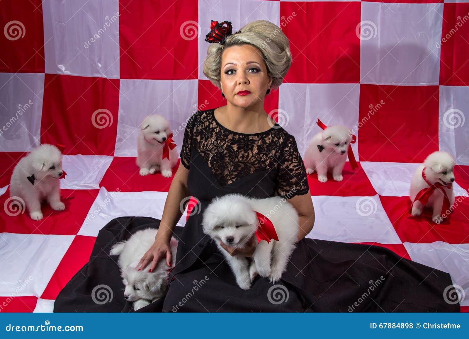 冠的妇女有白色小狗的