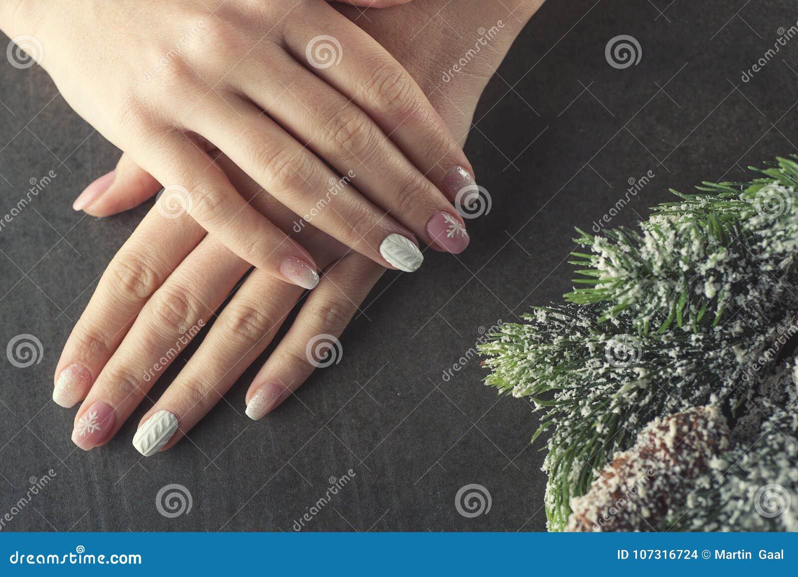 冬天修指甲设计钉子,软绵绵地桃红色和白色颜色