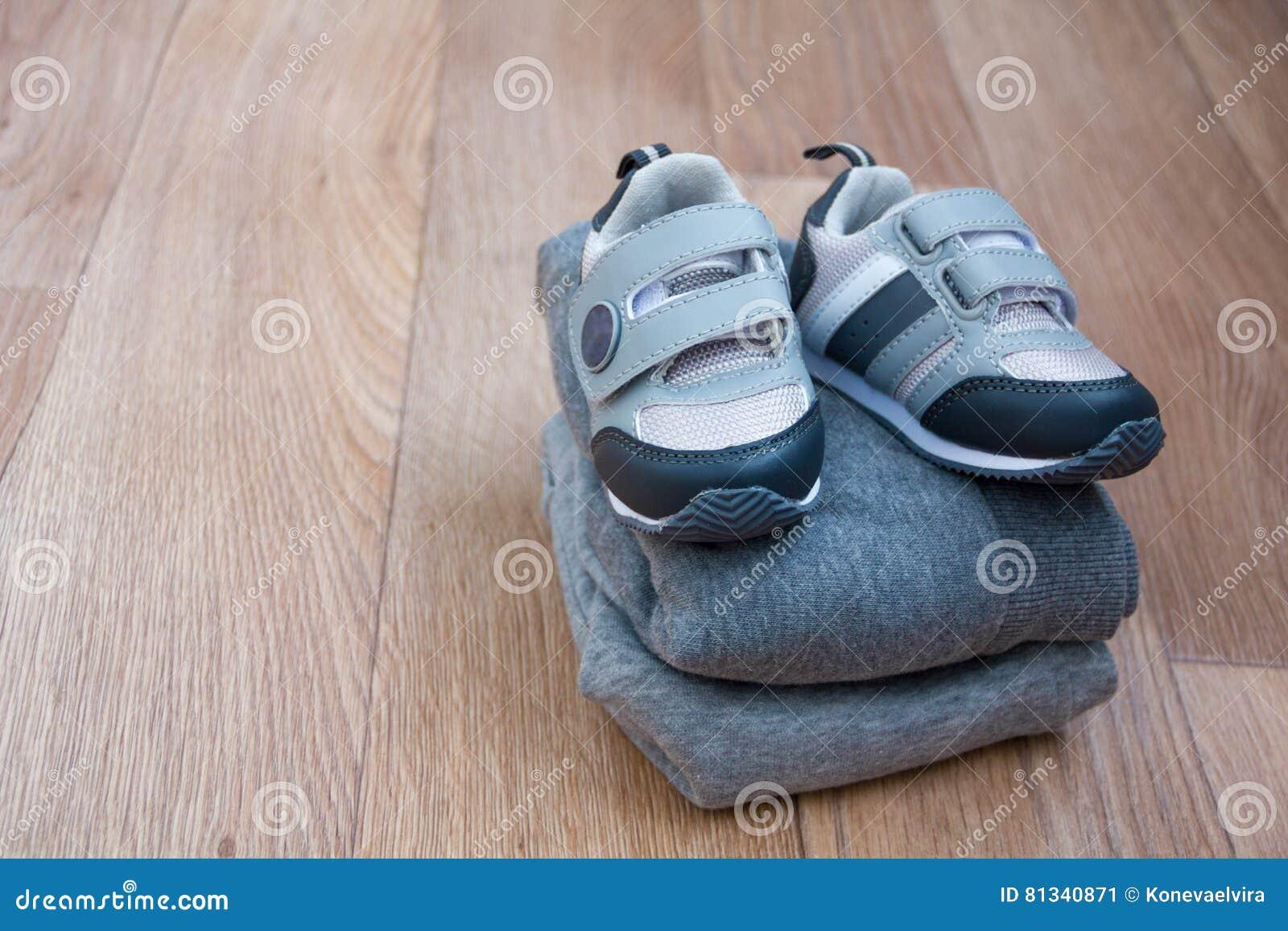 冬天儿童` s成套装备衣裳 婴孩顶视图时尚时髦神色穿衣与与最逗人喜爱的新出生的婴孩和acc的贺卡
