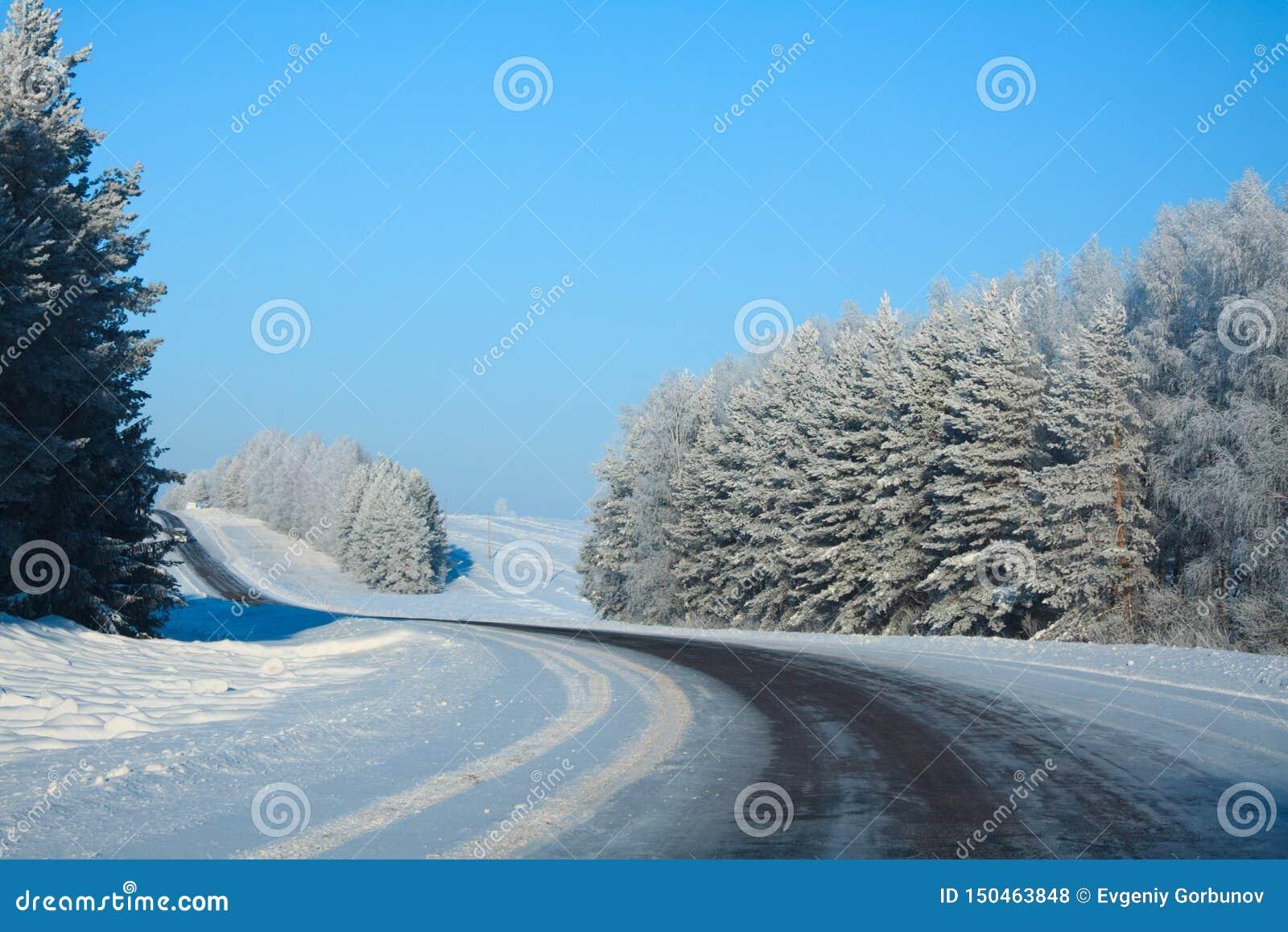 冬天农村高速公路在冷淡的天