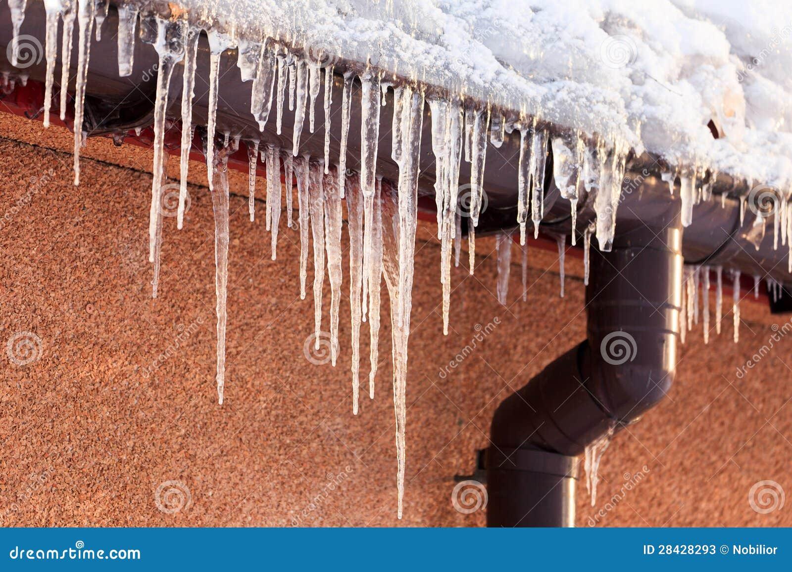 垂悬从屋顶房檐的冬天冰柱.