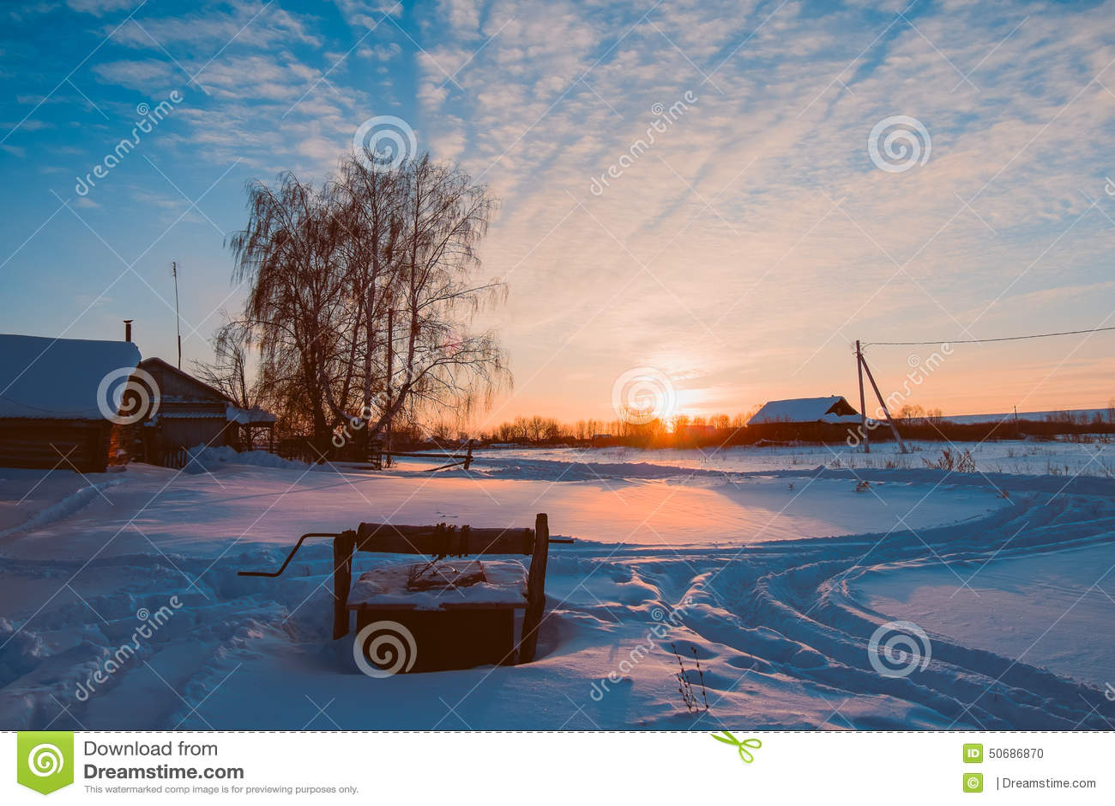 Download 冬天在村庄 库存照片. 图片 包括有 爬犁, 拒绝, 天空, 云彩, 静静地, 其它, 房子, 结构树, 晒裂 - 50686870