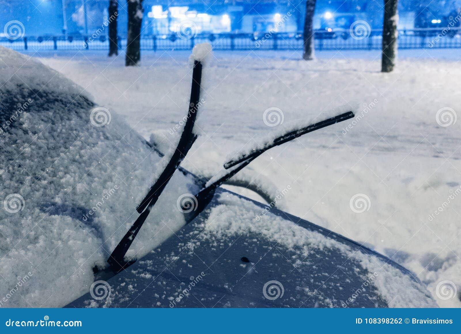 冬天天气,车概念 车窗有与刮水器 阻拦由雪,交通,飞雪街道雪麻痹