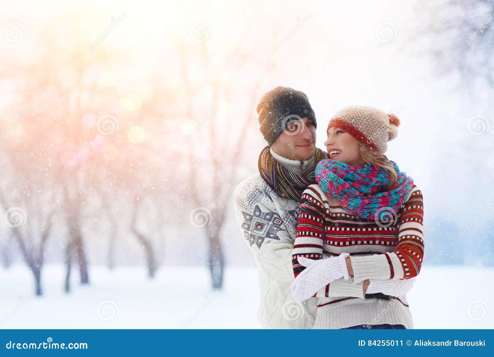 冬天夫妇 夫妇乐趣愉快有户外 雪 背景海滩异乎寻常的做的海洋沙子雪人热带假期白色冬天 室外