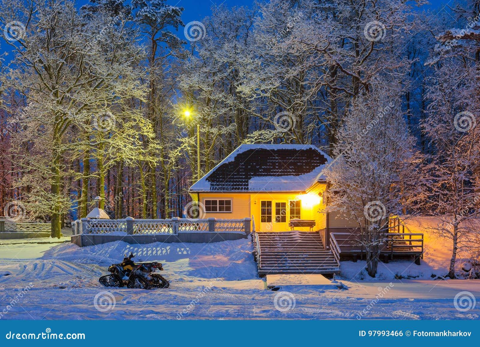 冬天故事-在舒适木房子和冻湖附近乘雪上电车 斯诺伊冷淡的冬天晚上