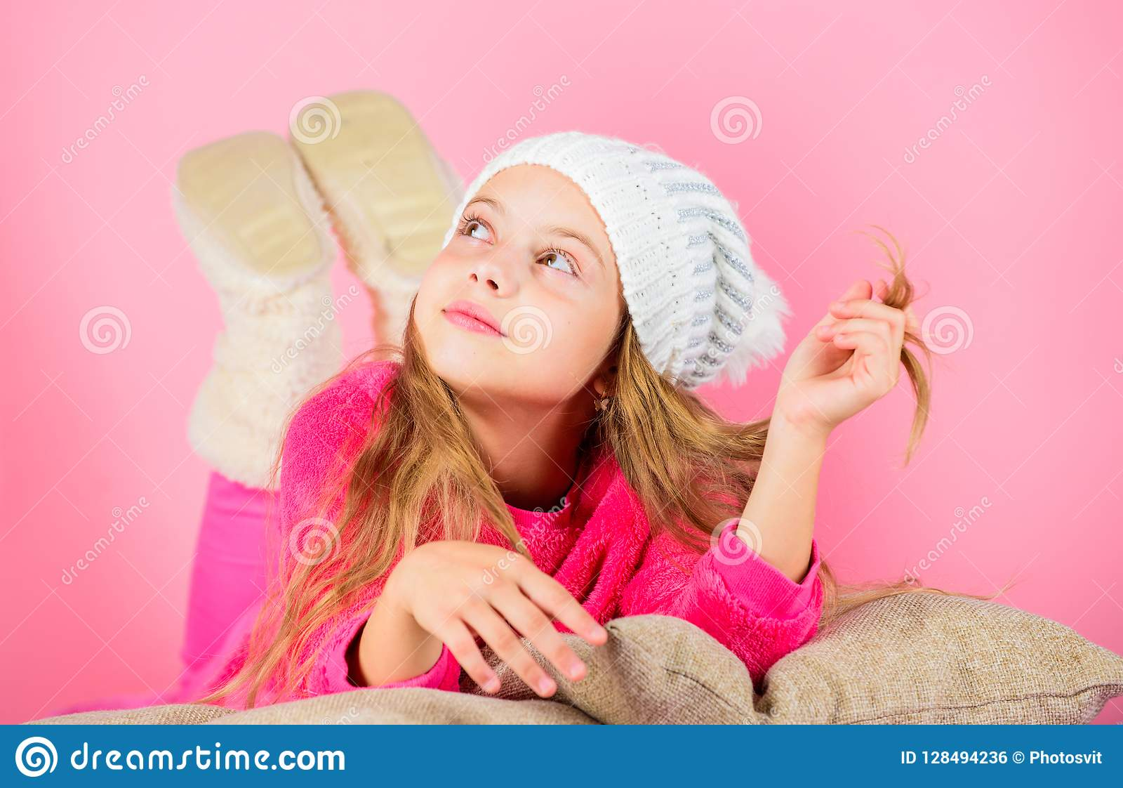 冬天时装配件 冬天辅助部件概念 女孩长的头发梦想桃红色背景 孩子女孩被编织的帽子 孩子