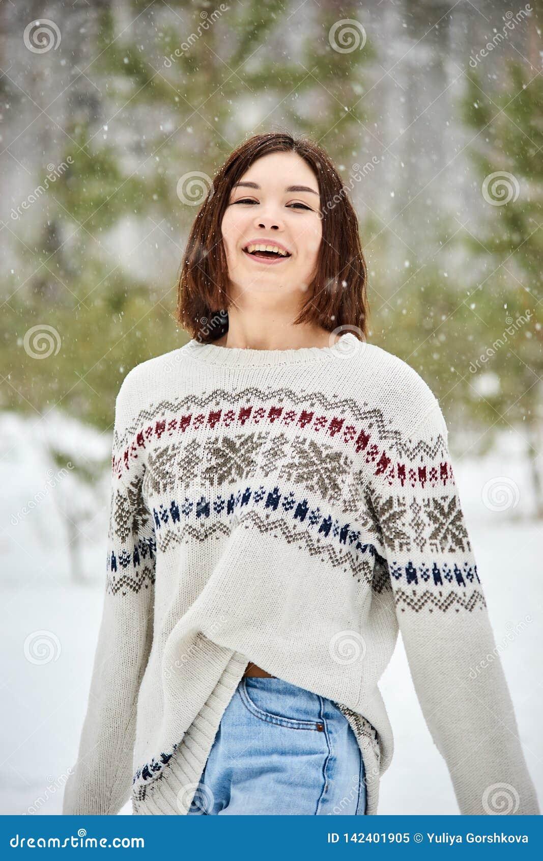 冬天森林降雪的十几岁的女孩