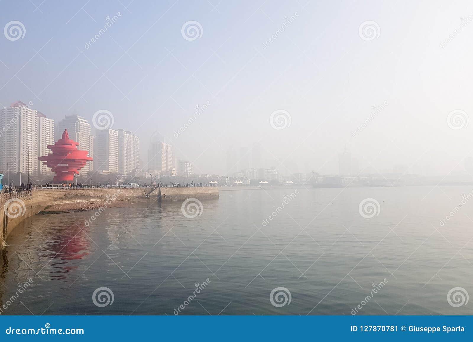 冬天污染之前覆盖的1月2018年-青岛,中国-第4个Maty广场