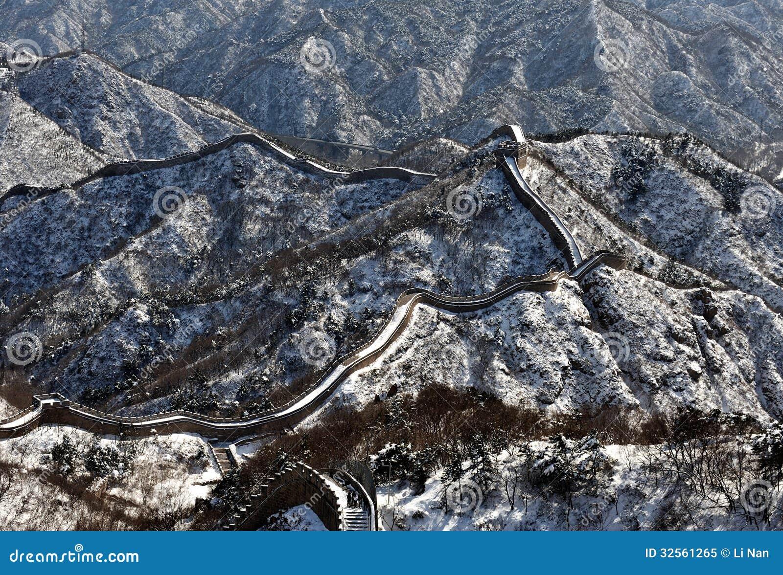 冬天白色雪的长城