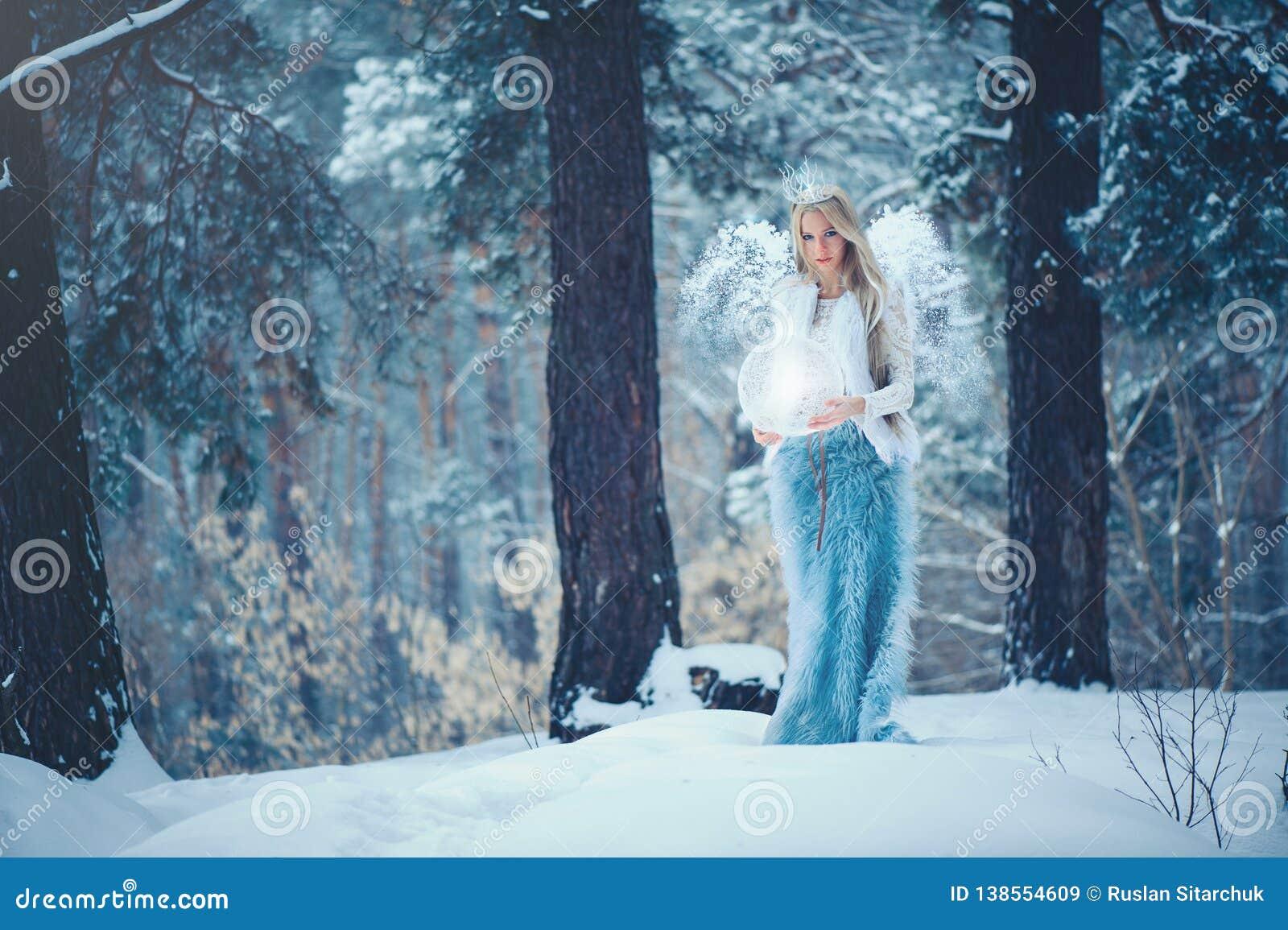 冬天秀丽妇女 有雪发型和构成的美丽的时装模特儿女孩在冬天森林欢乐构成和修指甲