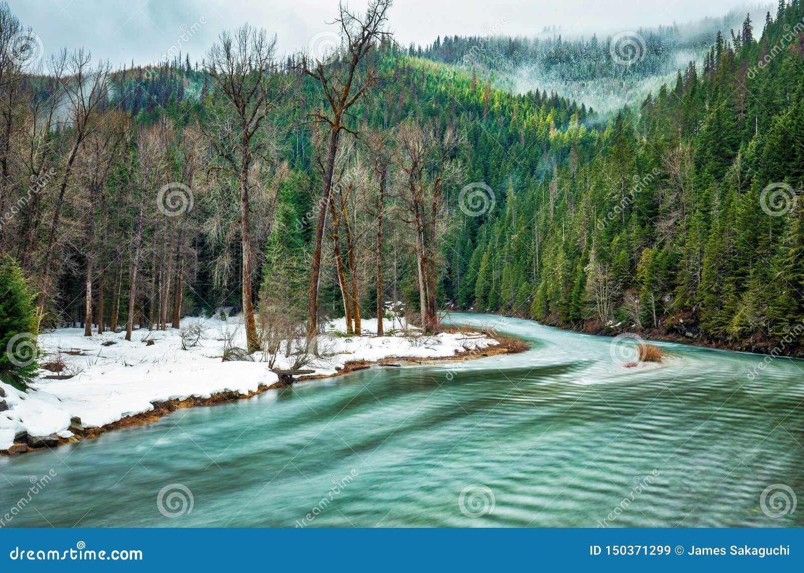 冬天继续前进和春天馅饼对出现在Coeur d'阿莱内河的河岸