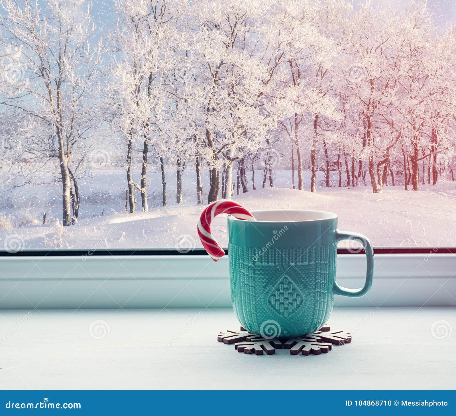 冬天背景-有棒棒糖的杯子在户外窗台和冬天森林
