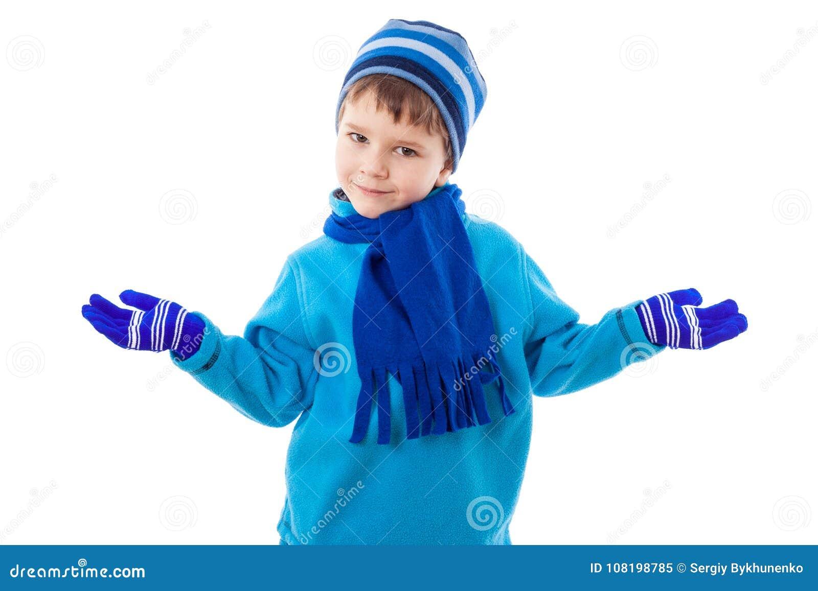 冬天衣裳的微笑的男孩投入了手对边