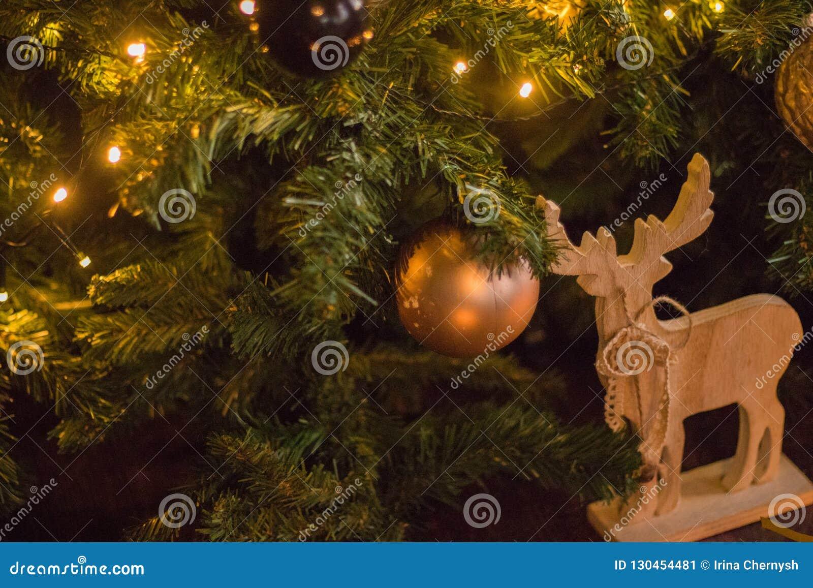 冬天装饰:圣诞树、礼物在工艺纸,木DIY鹿,诗歌选,金黄和白色球 所选的重点