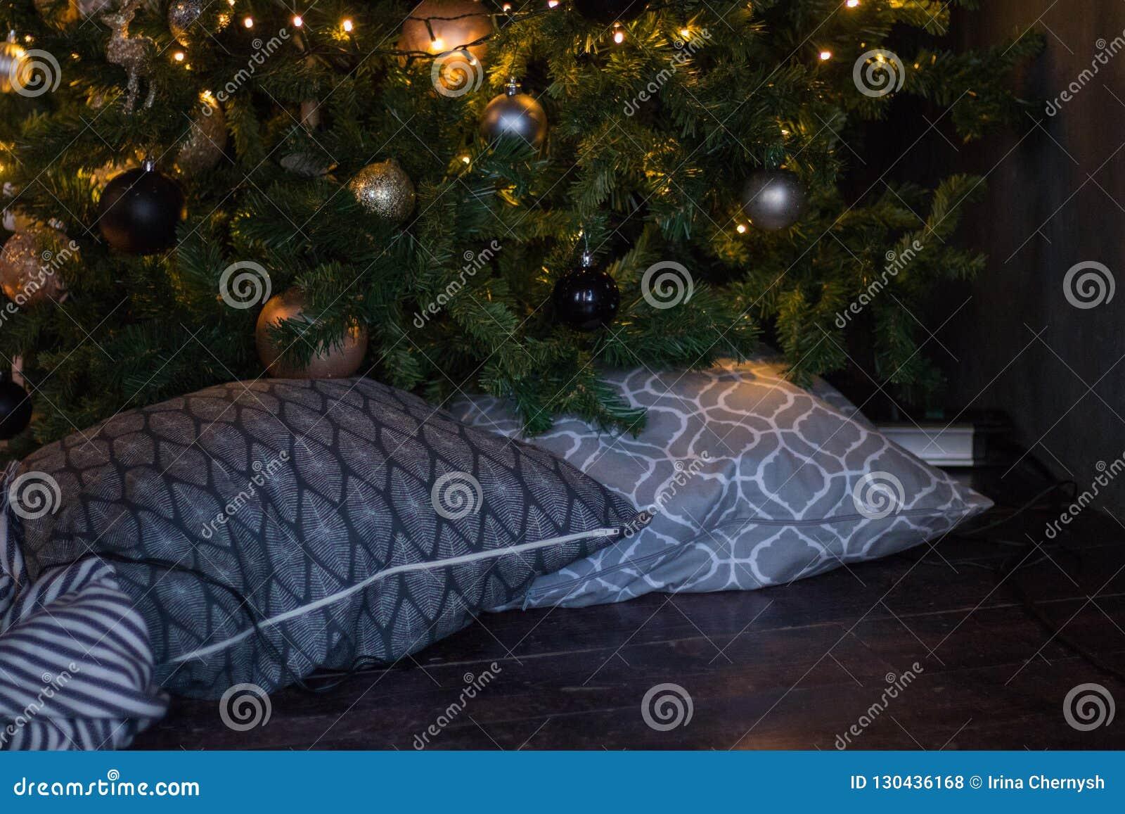 冬天装饰:圣诞树、诗歌选、球、礼物和舒适镶边格子花呢披肩有枕头的 所选的重点