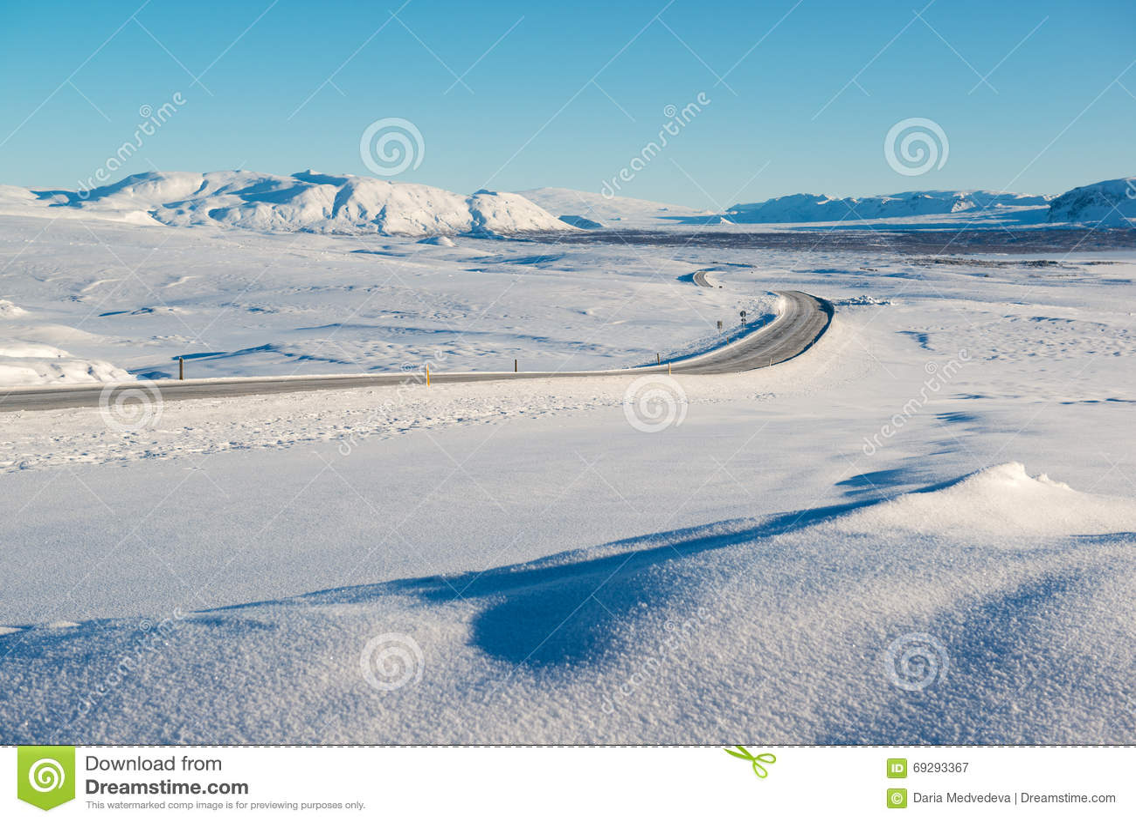 冬天风景,雪围拢的空的路加盖了山,冰岛