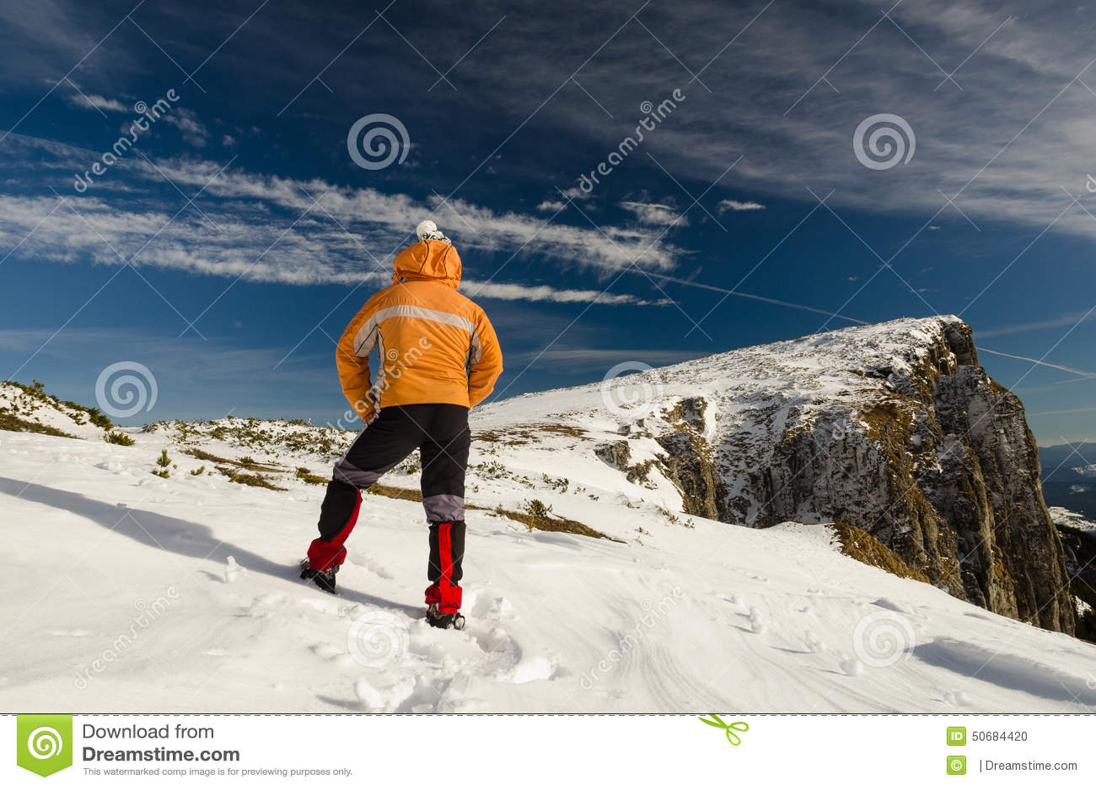 Download 冬时的山旅客 库存照片. 图片 包括有 冬天, 蓝色, 室外, 路径, 日出, 斯洛伐克, 滑雪, 投反对票 - 50684420
