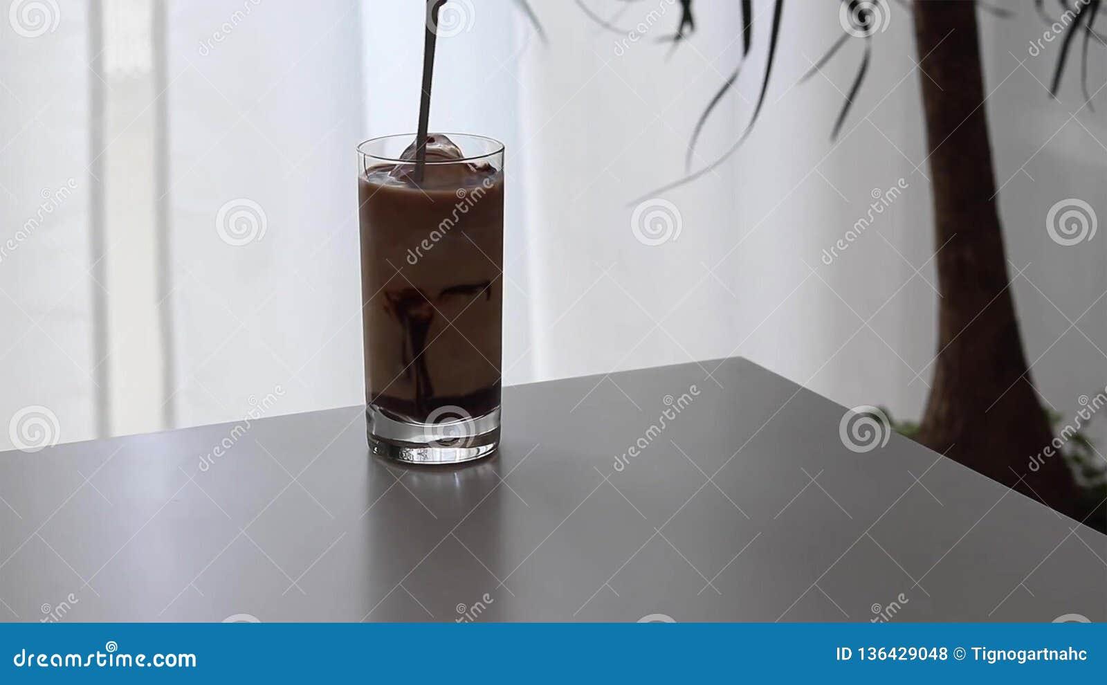 冰冻咖啡用牛奶和巧克力糖浆