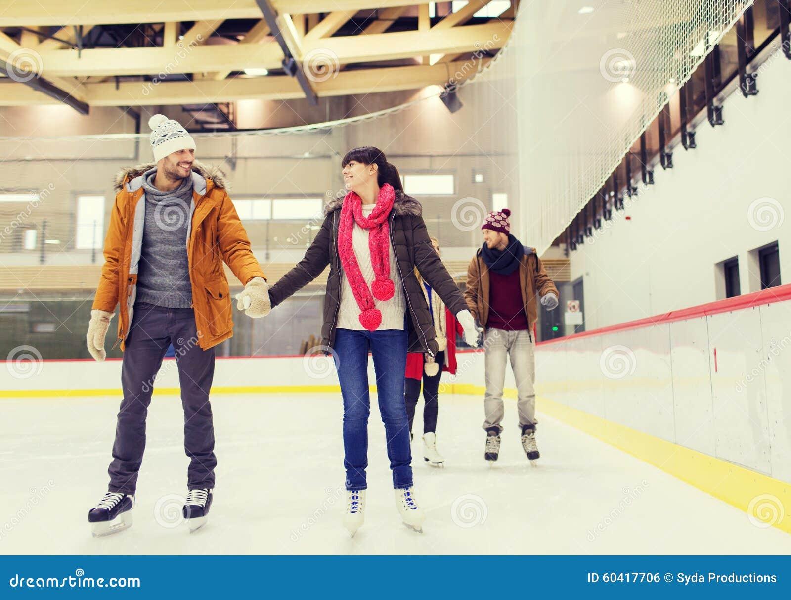 滑冰场的愉快的朋友