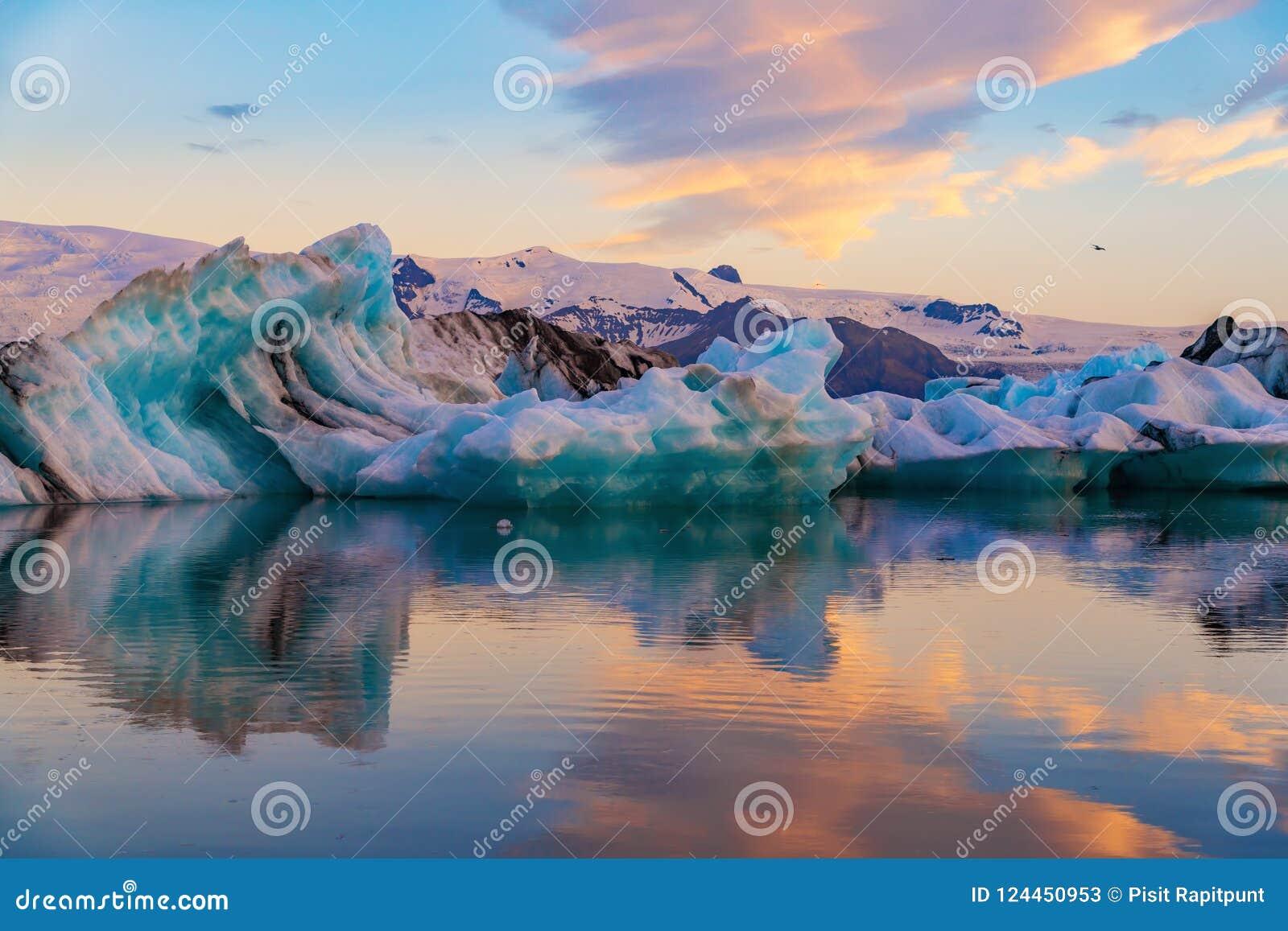 冰山在Jokulsarlon冰川盐水湖 Vatnajokull国家公园,冰岛夏天 午夜星期日