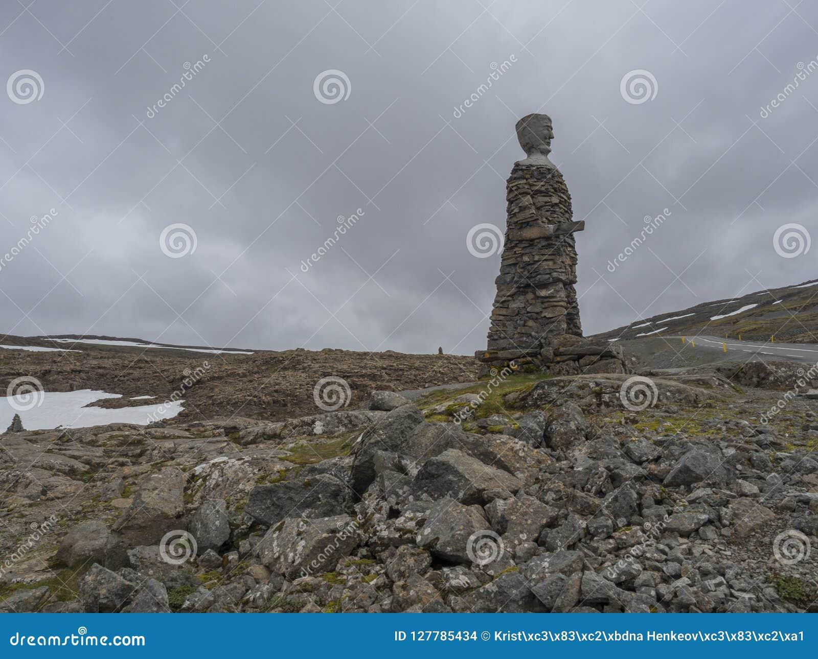 冰岛,西部海湾, Isafjordur, 2018年6月25日:由自然石头做的大Kleifabui雕象在Kleifaheidi通行证,西部