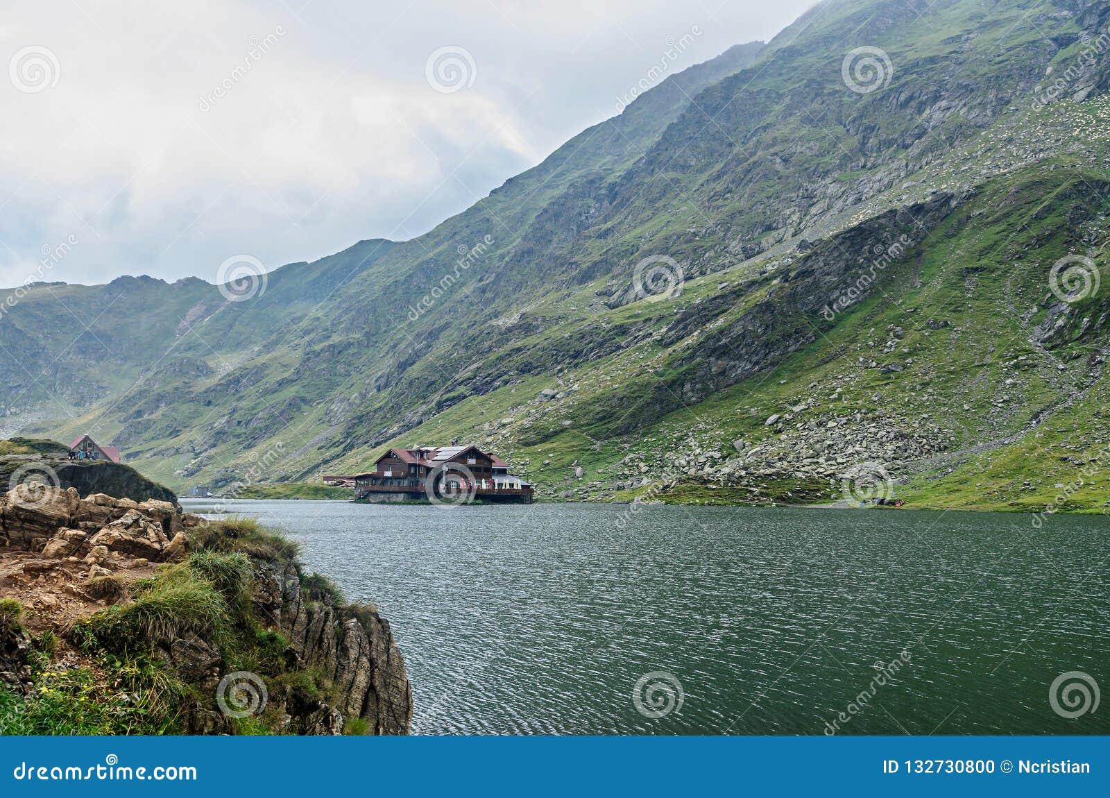 冰川湖叫在Transfagarasan的Balea Balea紫胶