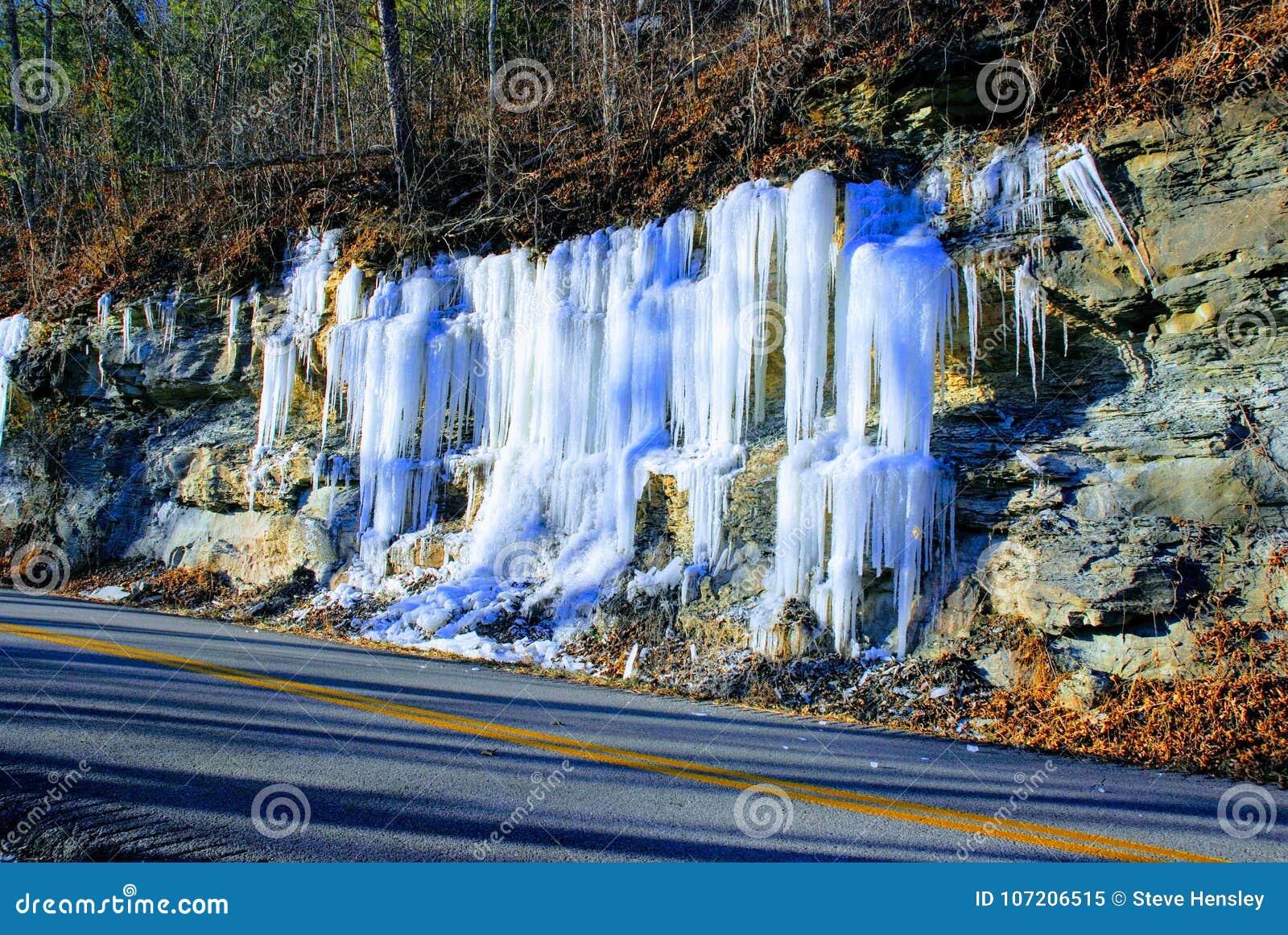 冰柱从沿穿过红河峡谷的路的岩石垂悬